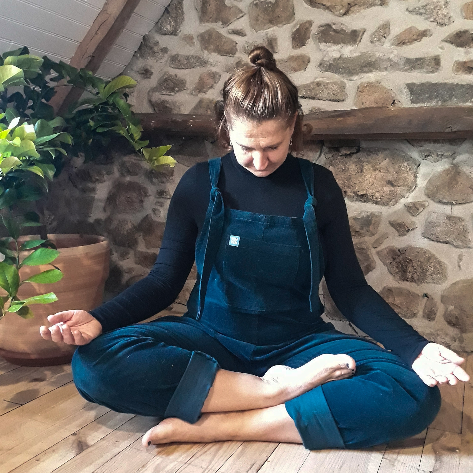 Relax the jaw, let the shoulders drop and take a full deep inhale. On your exhale descend your chin towards your chest and as you inhale come back to centre. -