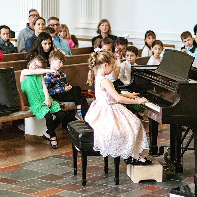 I think someone spotted the camera 😂  #suzukimethod #cello #violin #viola #piano #suzukiteacher #springrecital #photobomb #ridgefieldct