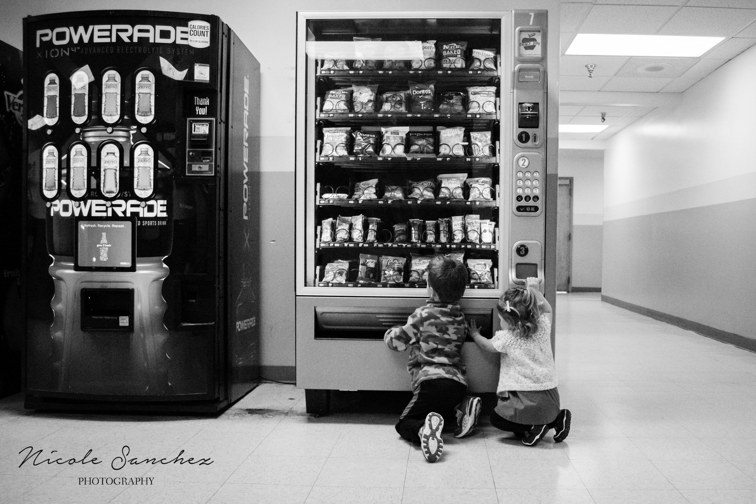 kids at vending machine | Springfield, VA Family Photographer
