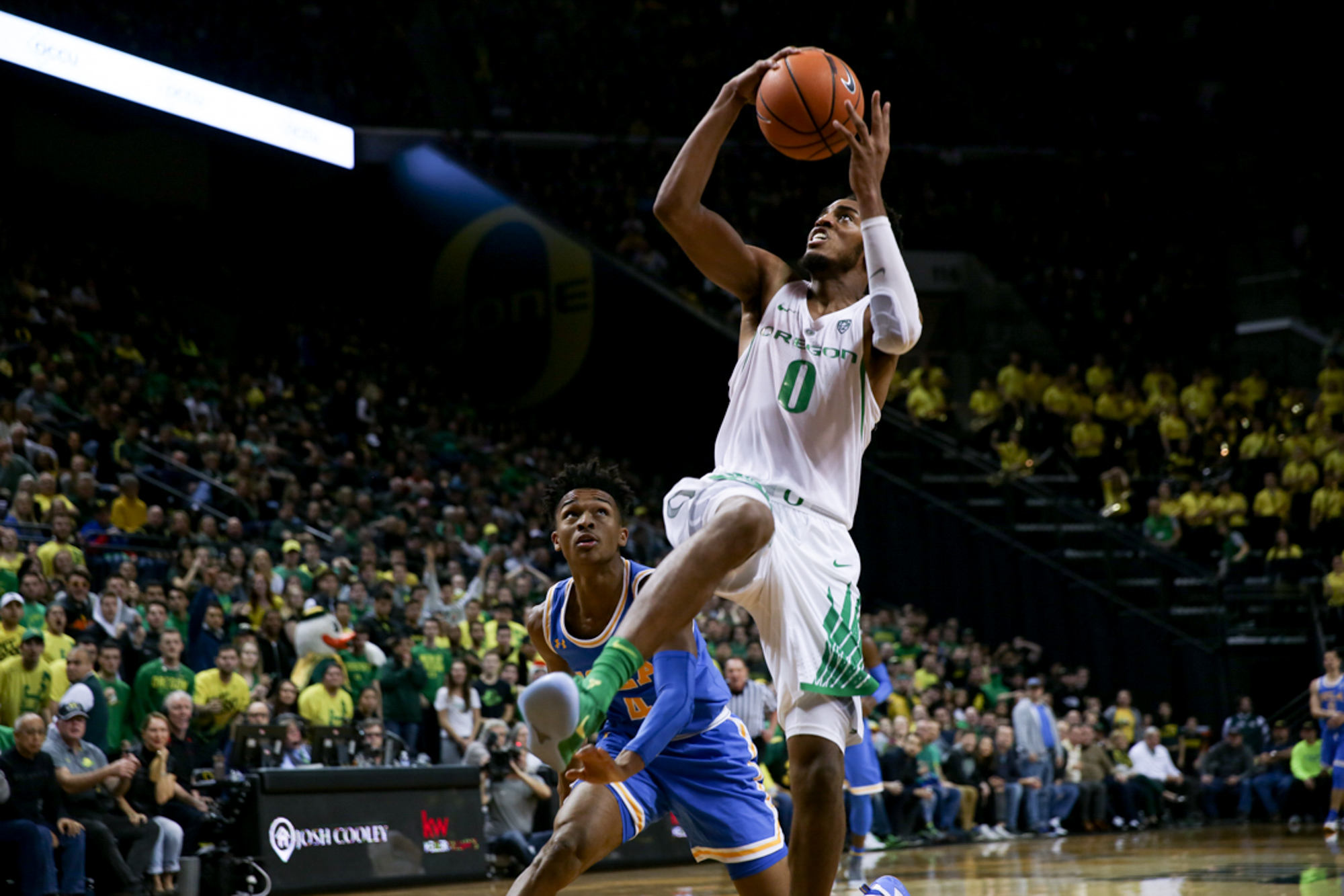 Forward Troy Brown looks to shoot. Oregon basketball plays the UCLA Bruins at Matthew Knight Arena in Eugene, Ore. on Jan. 20, 2018. (Natalie Waitt-Gibson/Emerald)