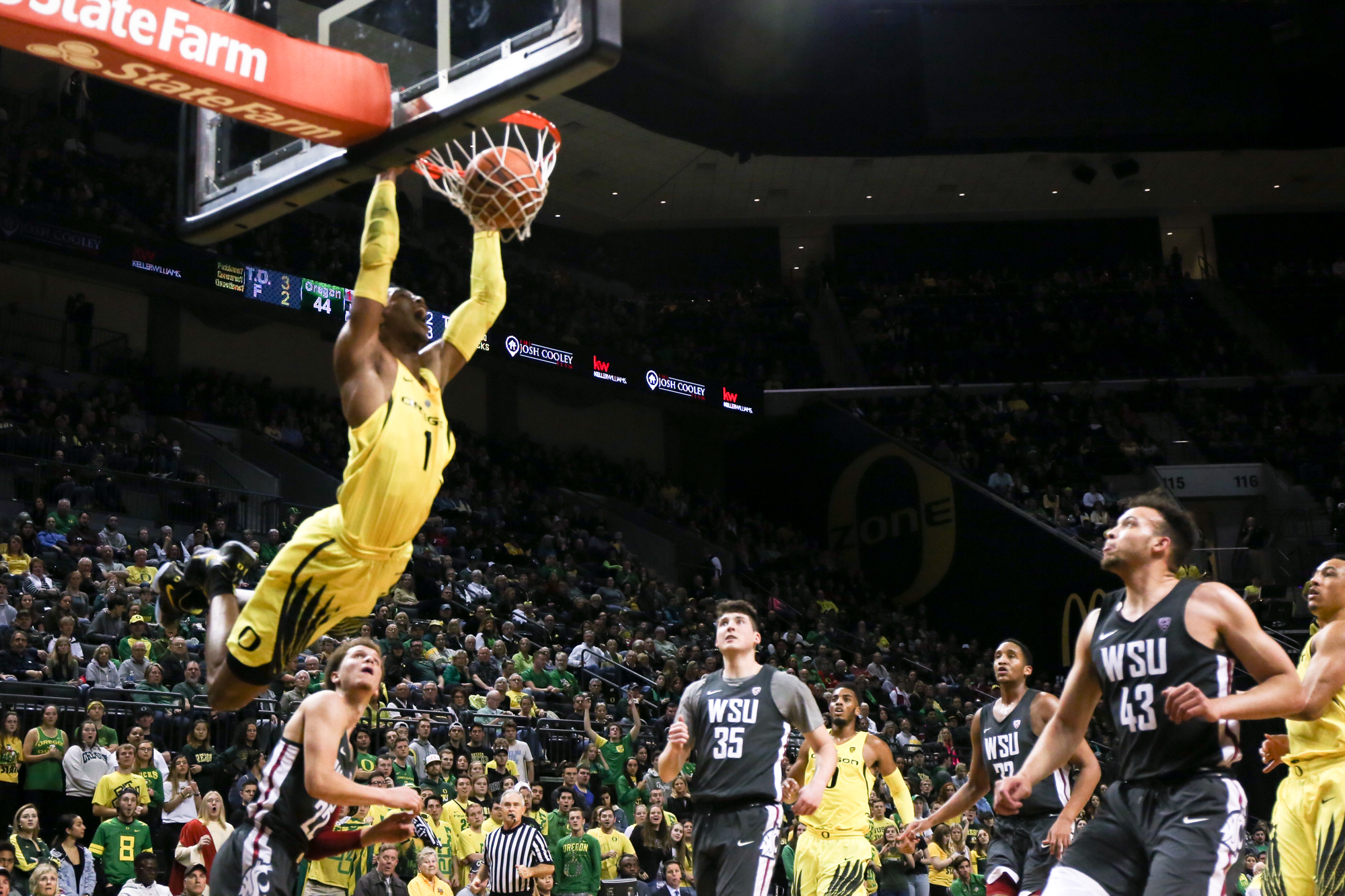 Oregon forward Kenny Wooten dunks the ball. Oregon basketball take on the Washington State Cougars at Matthew Knight Arena in Eugene, Ore. on Feb. 11, 2018. (Natalie Waitt-Gibson/Emerald)