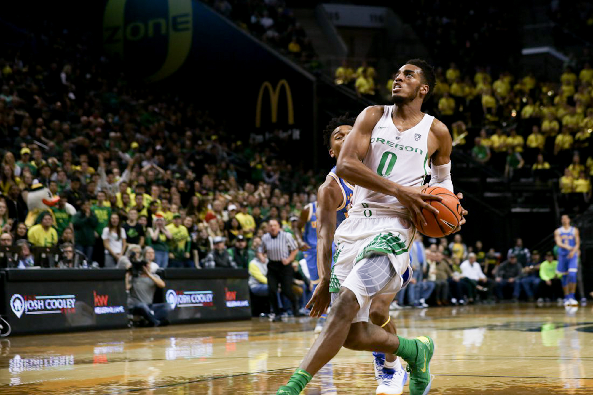 Forward Troy Brown (0) goes in for a shot. Oregon basketball plays the UCLA Bruins at Matthew Knight Arena in Eugene, Ore. on Jan. 20, 2018. (Natalie Waitt-Gibson/Emerald)