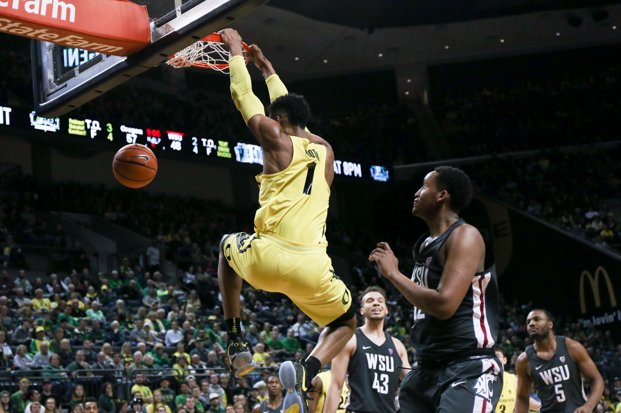 Forward Kenny Wooten dunks the ball. Oregon basketball take on the Washington State Cougars at Matthew Knight Arena in Eugene, Ore. on Feb. 11, 2018. (Natalie Waitt-Gibson/Emerald)