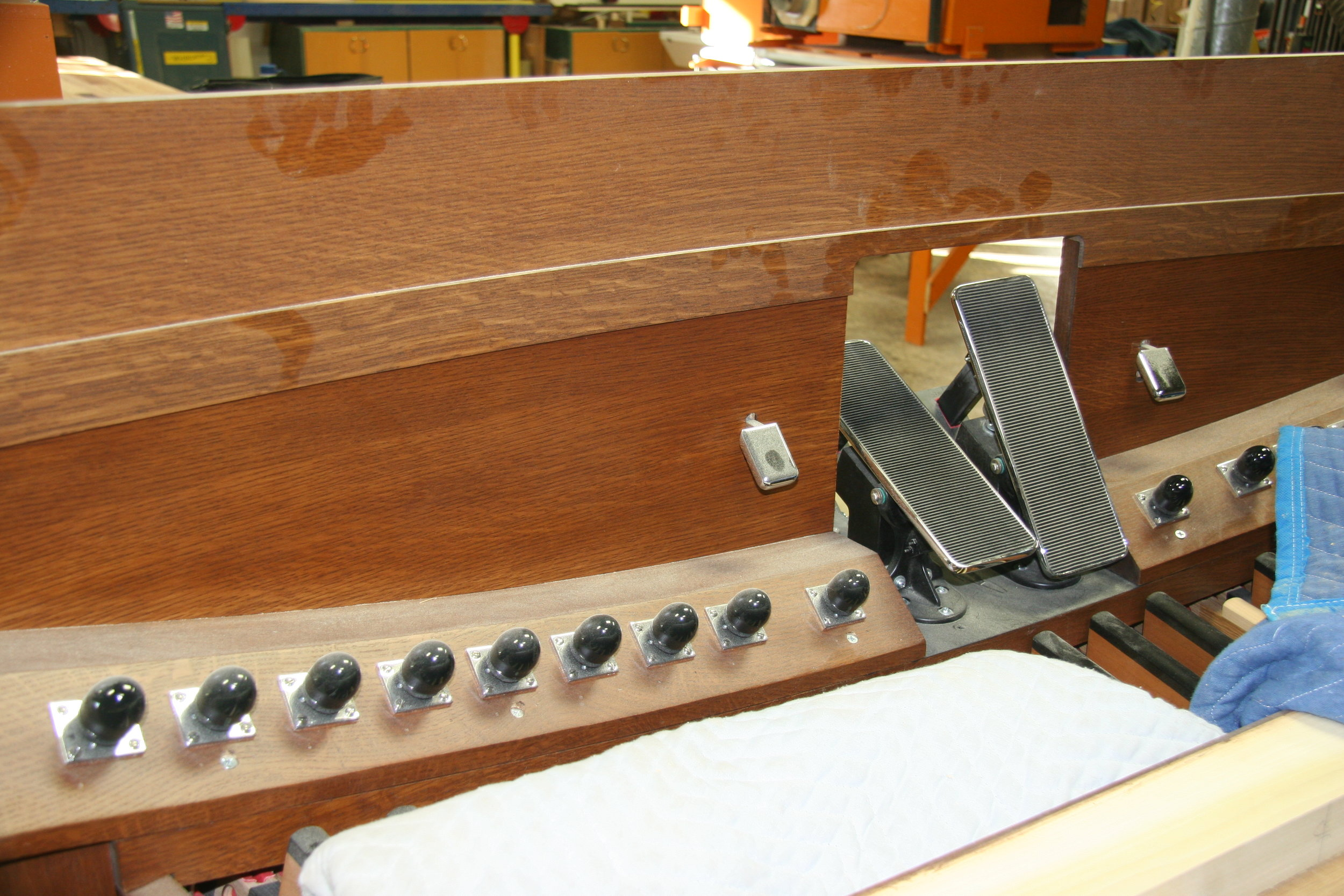 Kick panel with toe studs, toe levers and expresion shoes in place.