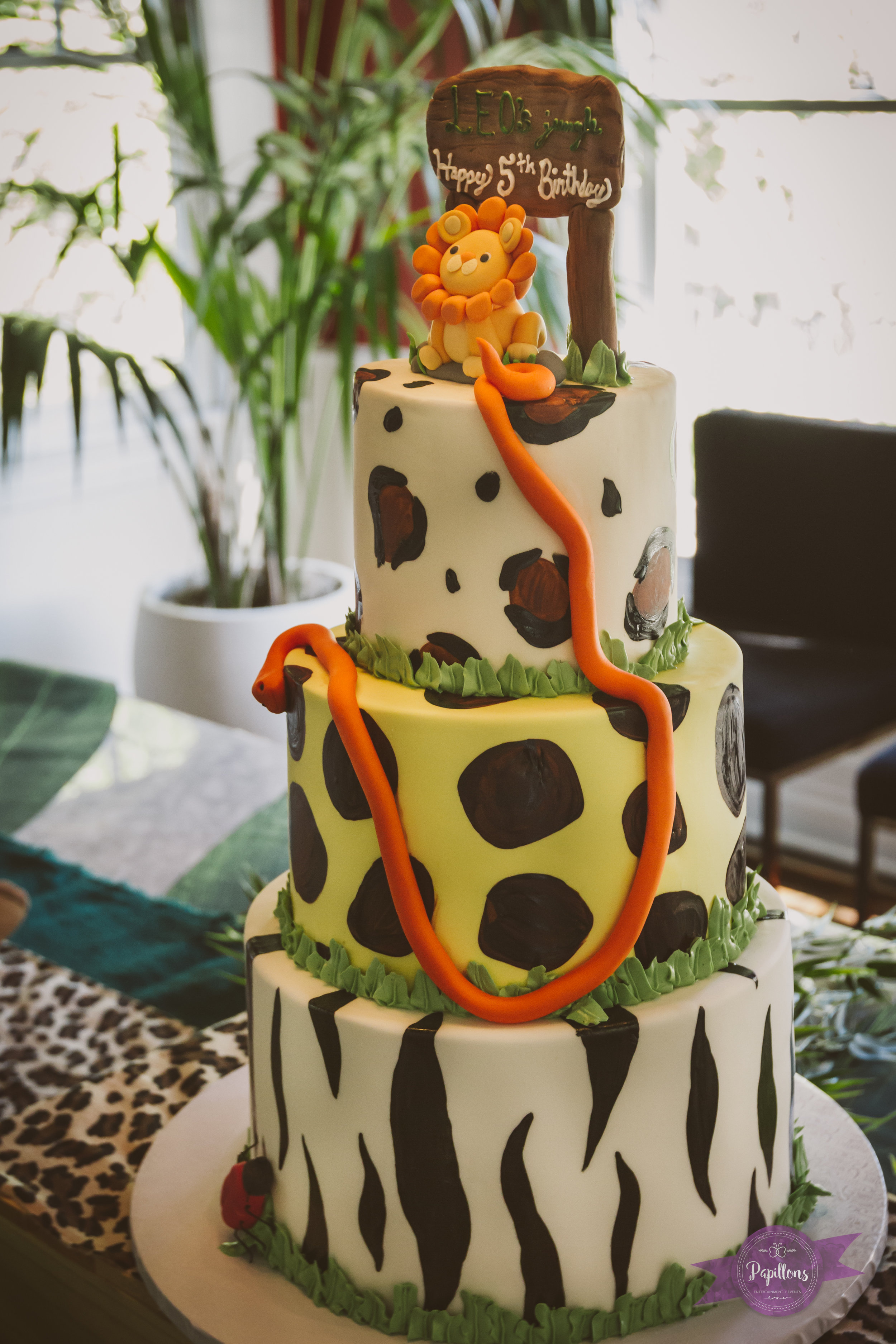 leo safari party cake.jpg