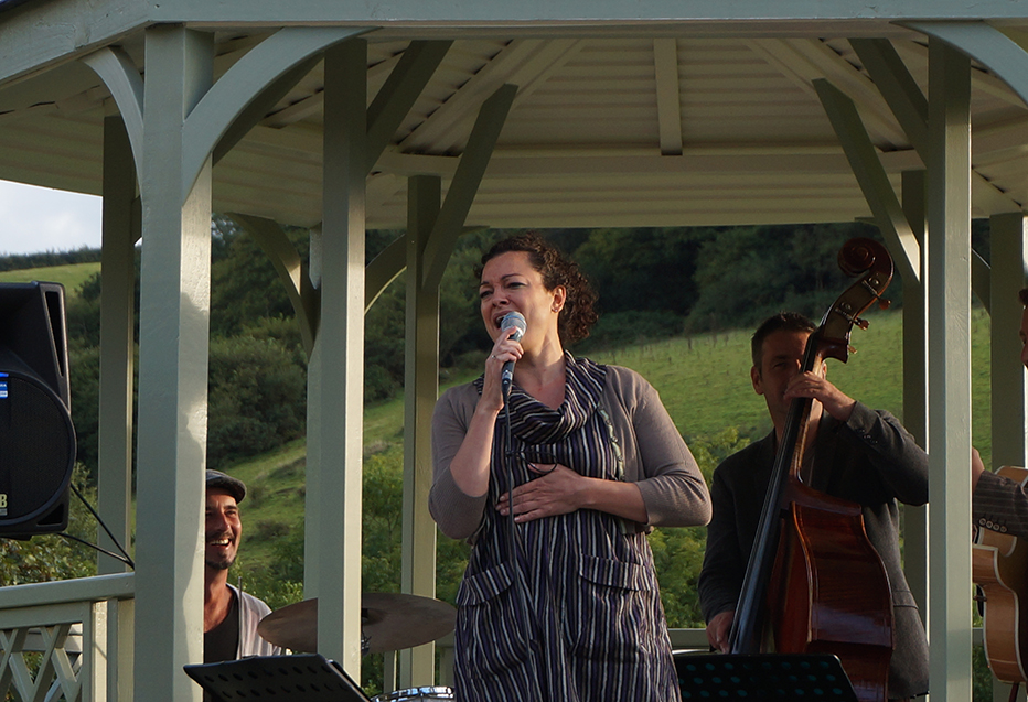 Outdoor jazz music performance Johanna Graham quartet at Pengenna Manor event venue in Cornwall.jpg