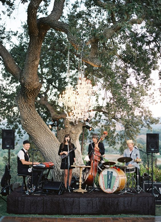 聽雨軒 X 美式婚禮樂團 - 聽雨軒 LivingForest X 美式婚禮樂團的輕爵士午後美式風格的婚禮印象中就是大自然裡的森林派對,聆聽蟲鳴鳥叫、溪流聲與樂團演奏音樂的完美結合。而這樣遠離喧囂的極致五感體驗,於1/27(日)於台北外雙溪的聽雨軒 LIVINGFOREST 登場!佔地約1000坪的聽雨軒LivingForest,早在1979年就已是當地名人聚集的知名餐廳,今日搖身一變成為自然及美食兼具的森林餐廳。鄰近外雙溪聖人瀑布的大片森林與溪流,讓園區內時刻充滿芬多精,而喜愛與自然共生的讓森林餐廳盡可能的不受人為影響,防蚊蟲只使用天然無毒,餐廳美食則是以原生食物為主。對於音樂的愛好而促成了森林美食餐廳與美式婚禮樂團的結合,享受原生美食及大自然鳥啼聲,再配上類比溫暖的美式婚禮樂團現場演奏,如此的森林音樂生活體驗不需到郊區更不用跑到國外,就在大都市台北的外雙溪這處秘境。