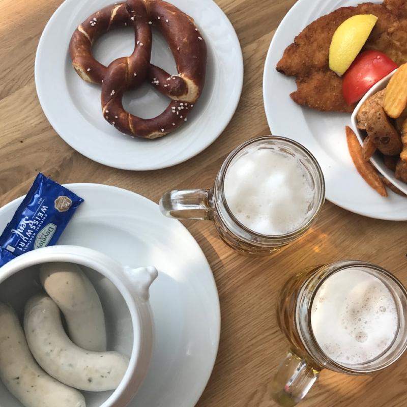 Weißwurst 🌭 süßem senf 🍯 brezel 🥨 schnitzel 🐔 und radler 🍺