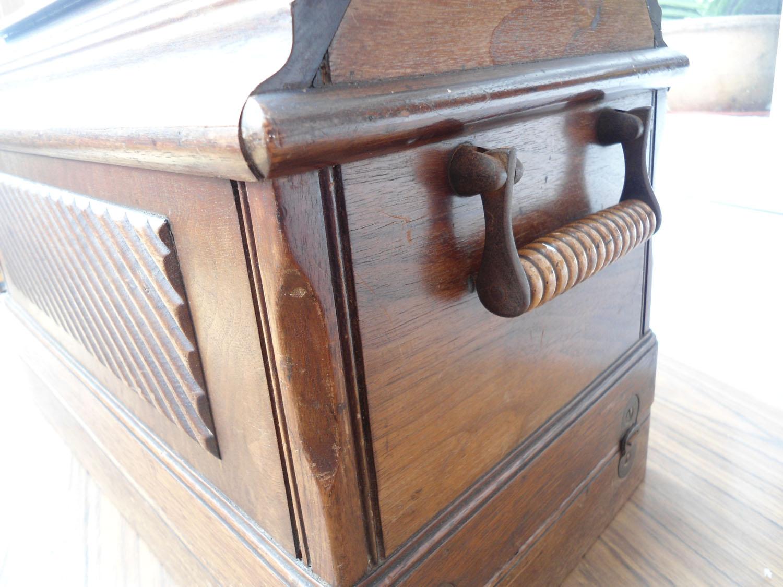 Singer 28 k. Coffin lid wooden box