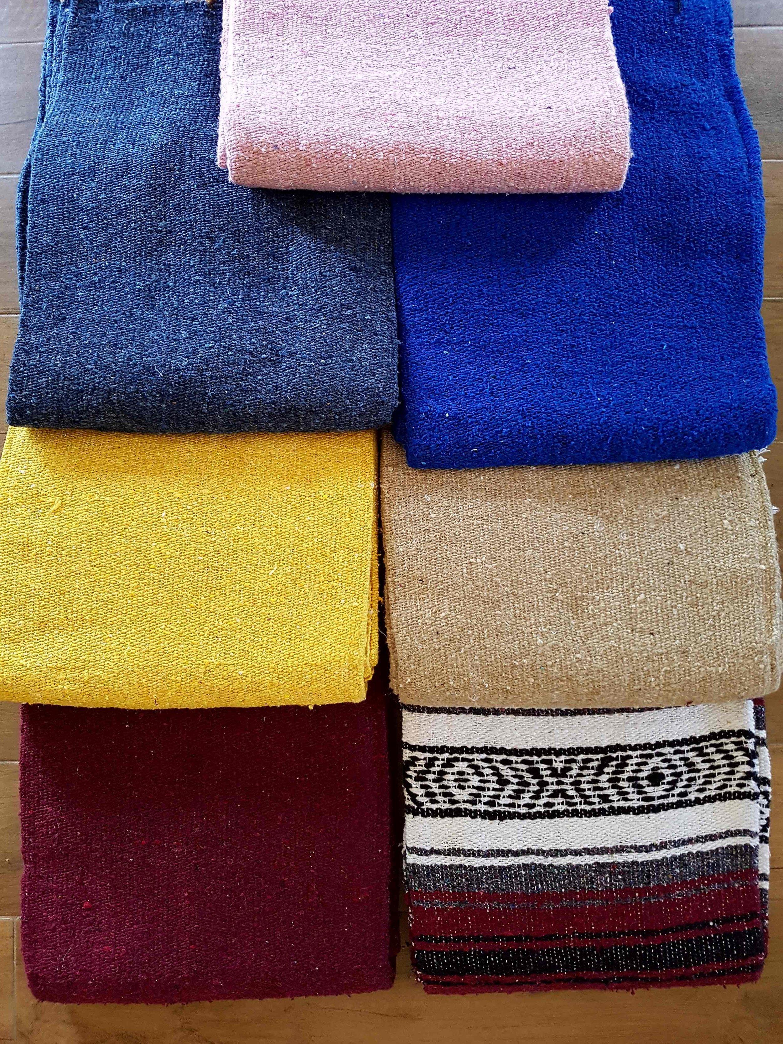 Couvertures de Yoga - Couverture motif Mexicain 36 € TTCCouverture épaisse Deluxe 42€ TTCCouverture idéale pour caler sous les épaules et protéger la nuque dans les postures inversées. Chaude et douce pour la relaxation. En coton.En stock : bleu roi franges noires / jaune soleil franges blanches / rose bonbon franges blanches / bordeaux franges noires /indisponibles: beige / bleu chiné /bordeaux motif mexicain franges blanches