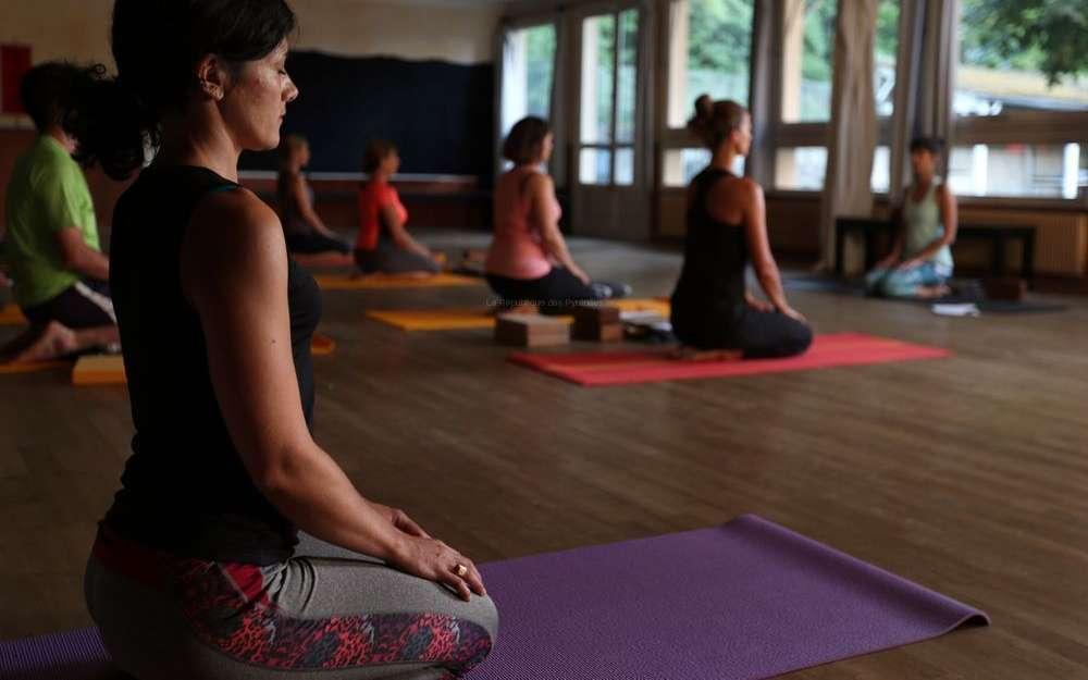 au-studio-sablier-a-angouleme-des-seances-de-yoga-sont-organisees-chaque-mardi-soir-de-lete-debutants-et-confirmes-viennent-pratiquer-dans-un-calme-olympien.jpg