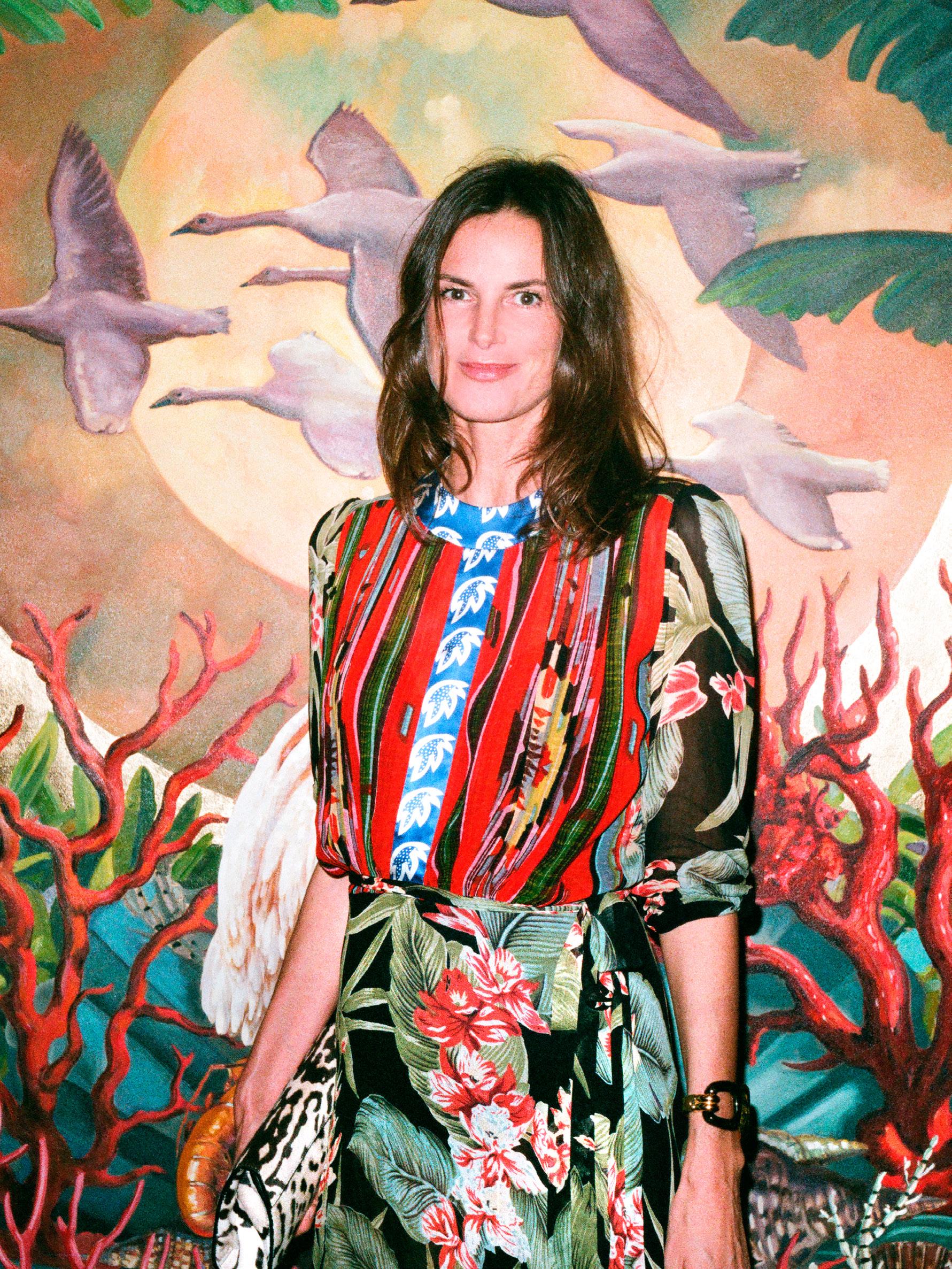 CLAUDIA DONALDSON  frente a uno de los murales de  JUAN GATTI