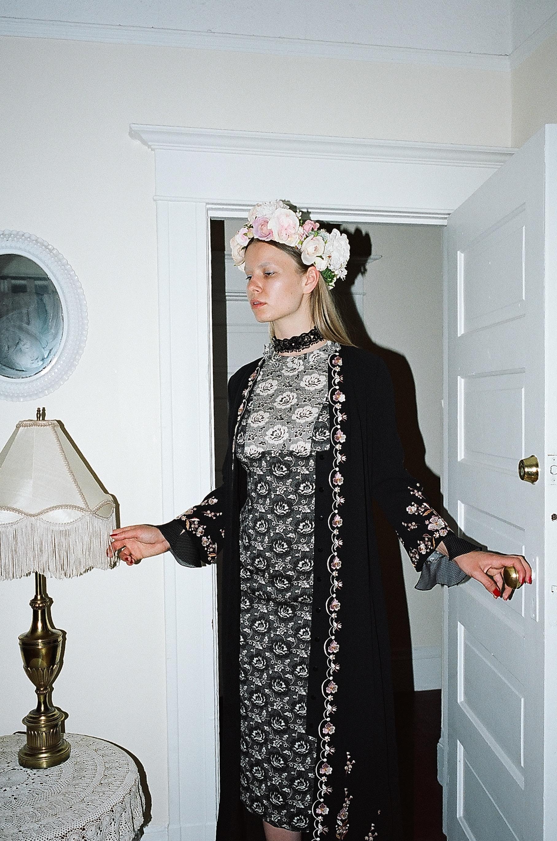 Corona de  CROWNS BY CHRISTY , gargantilla de  ETRO  y vestido de  VILSHENKO .