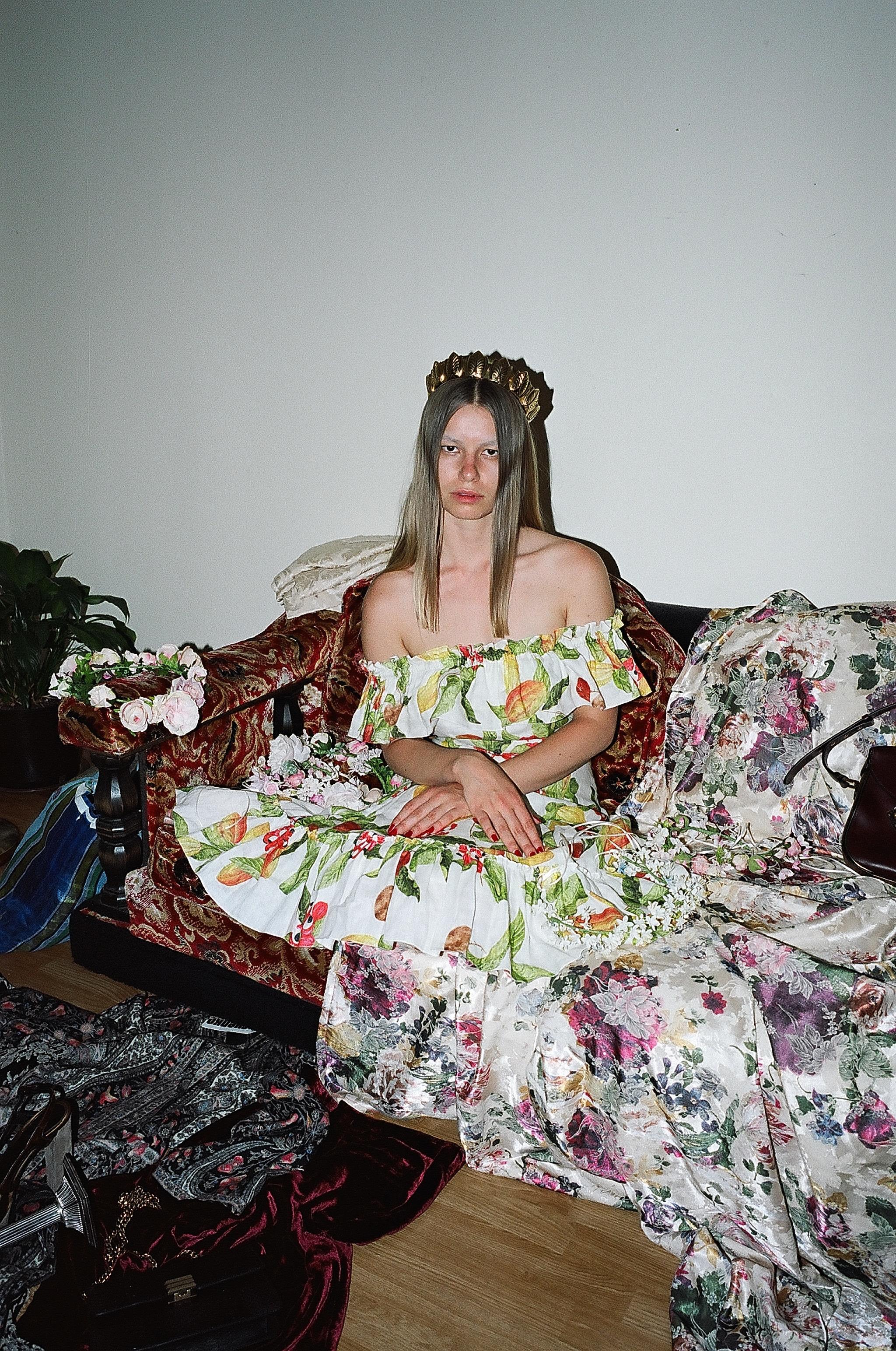 Vestido de  ISOLDA , corona de  JENNIFER BEHR  y corona de  CROWNS BY CHRISTY .