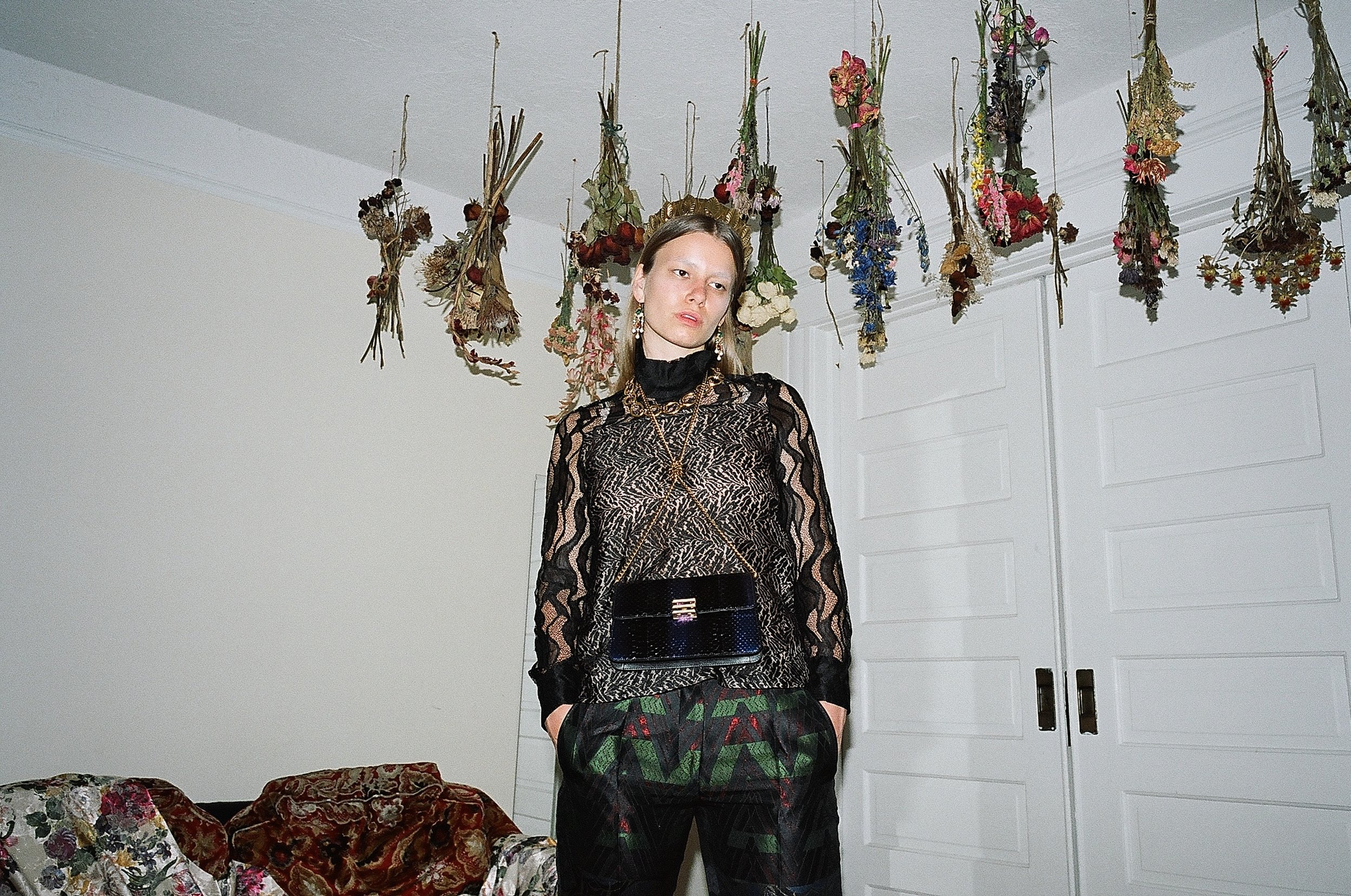 Bolso y pantalón de  ETRO , blusa de  PRABAL GURUNG.