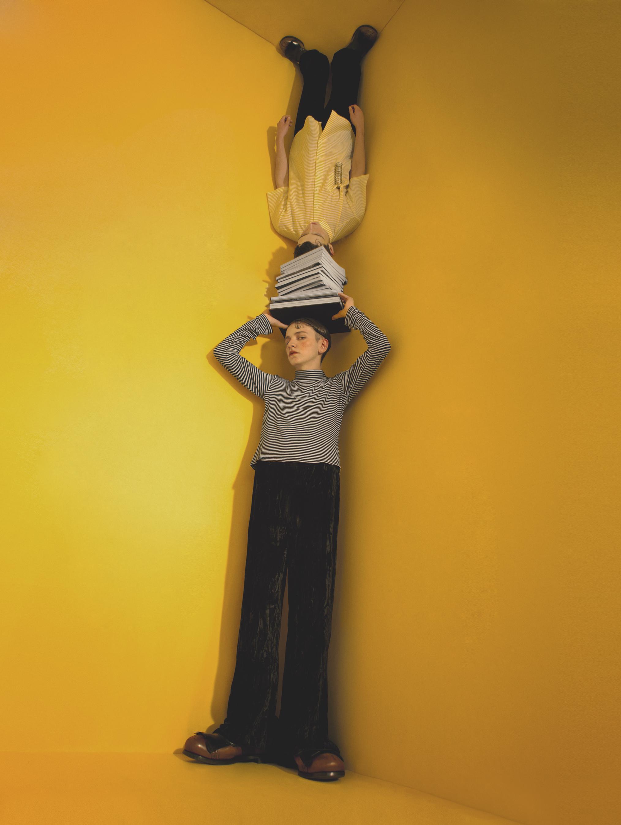 Arriba: zapatos de  PRADA , pantalón de  GIORGIO ARMANI  y camisa de  FILIP Y KITO . Abajo: zapatos de  PRADA , pantalón de  GEORG ESRECH  y camiseta de  AMERICAN APPAREL .