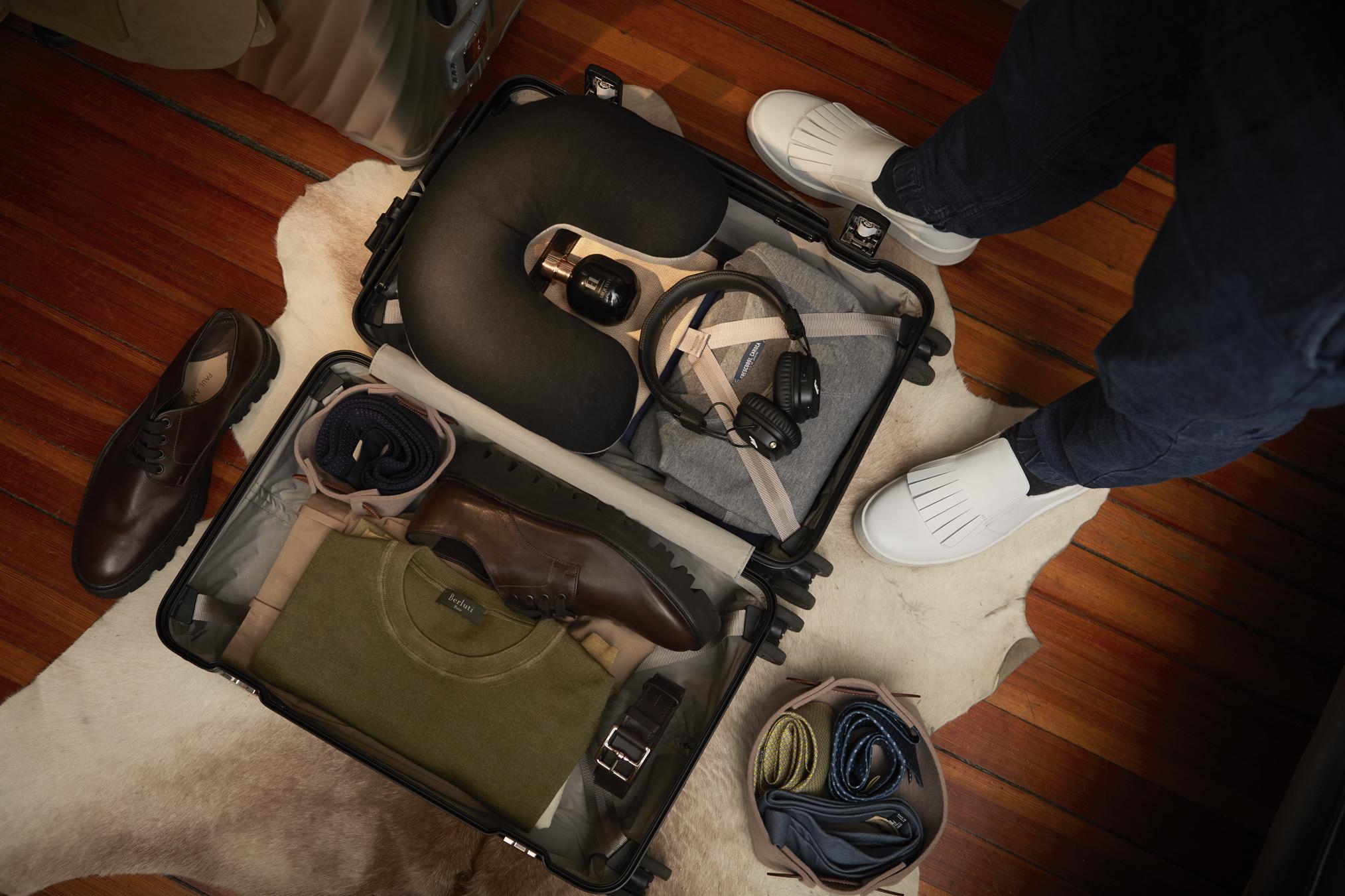 Suéter de  FRESCOBOL CARIOCA , mocasines de  PRADA , corbatas y cinturones de  HERMÈS , suéter de  BERLUTI  y zapatos de  PAUL ANDREW .