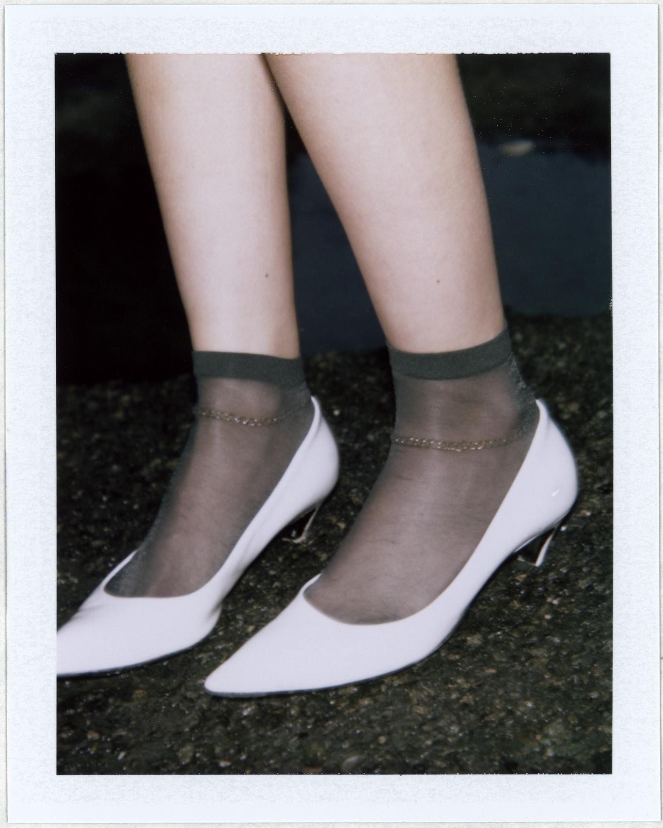 Zapatos de BALENCIAGA y brazalete de LADY GREY