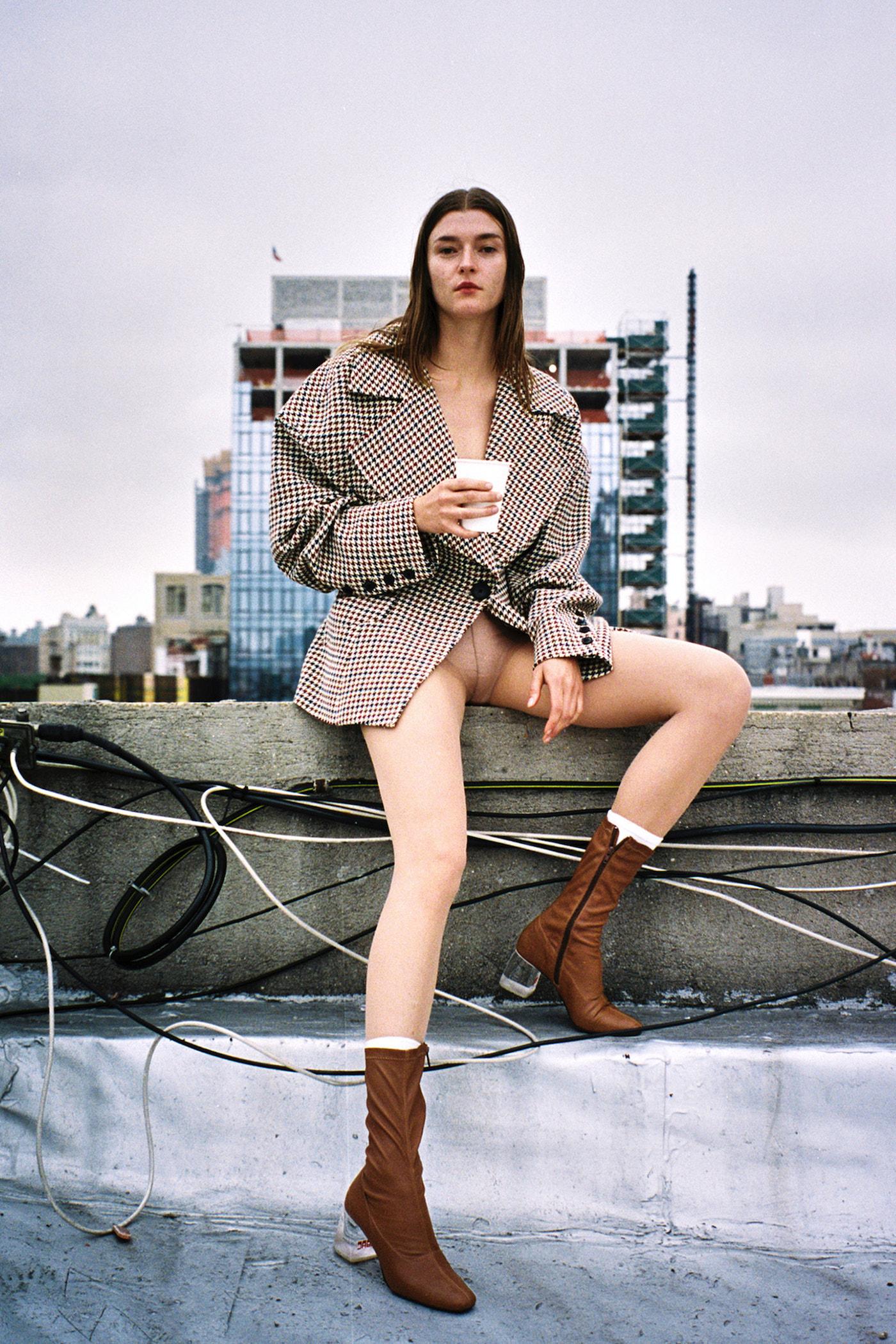 Saco de CLAUDIA LI, zapatos de AMELIE PICHARD y medias de FALKE.