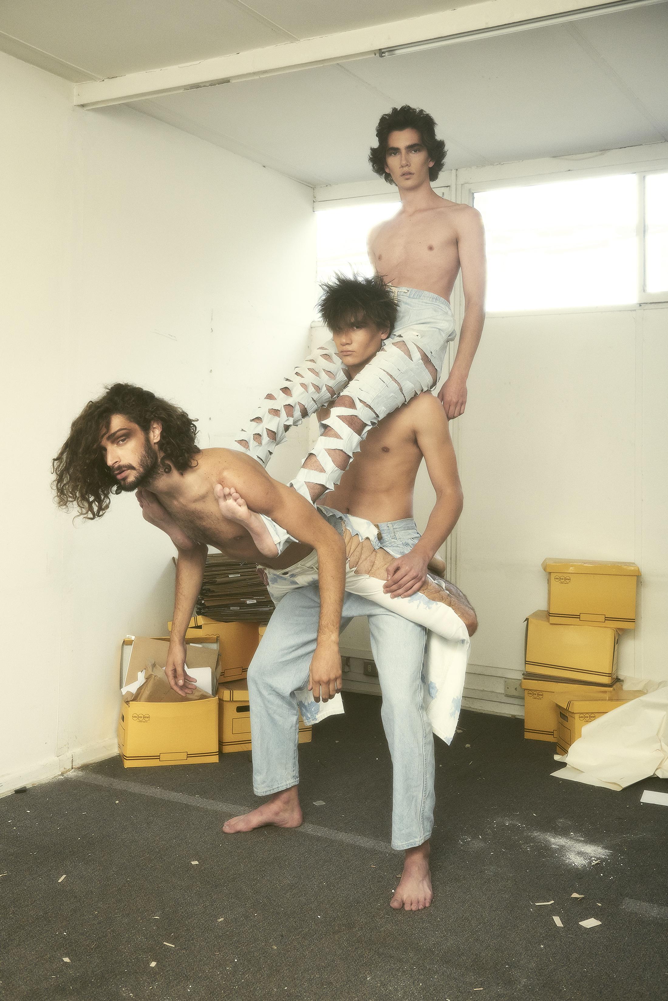 Germán y Diego visten pantalones diseñados por el estilista. Davor viste pantalones de ACUARIO.