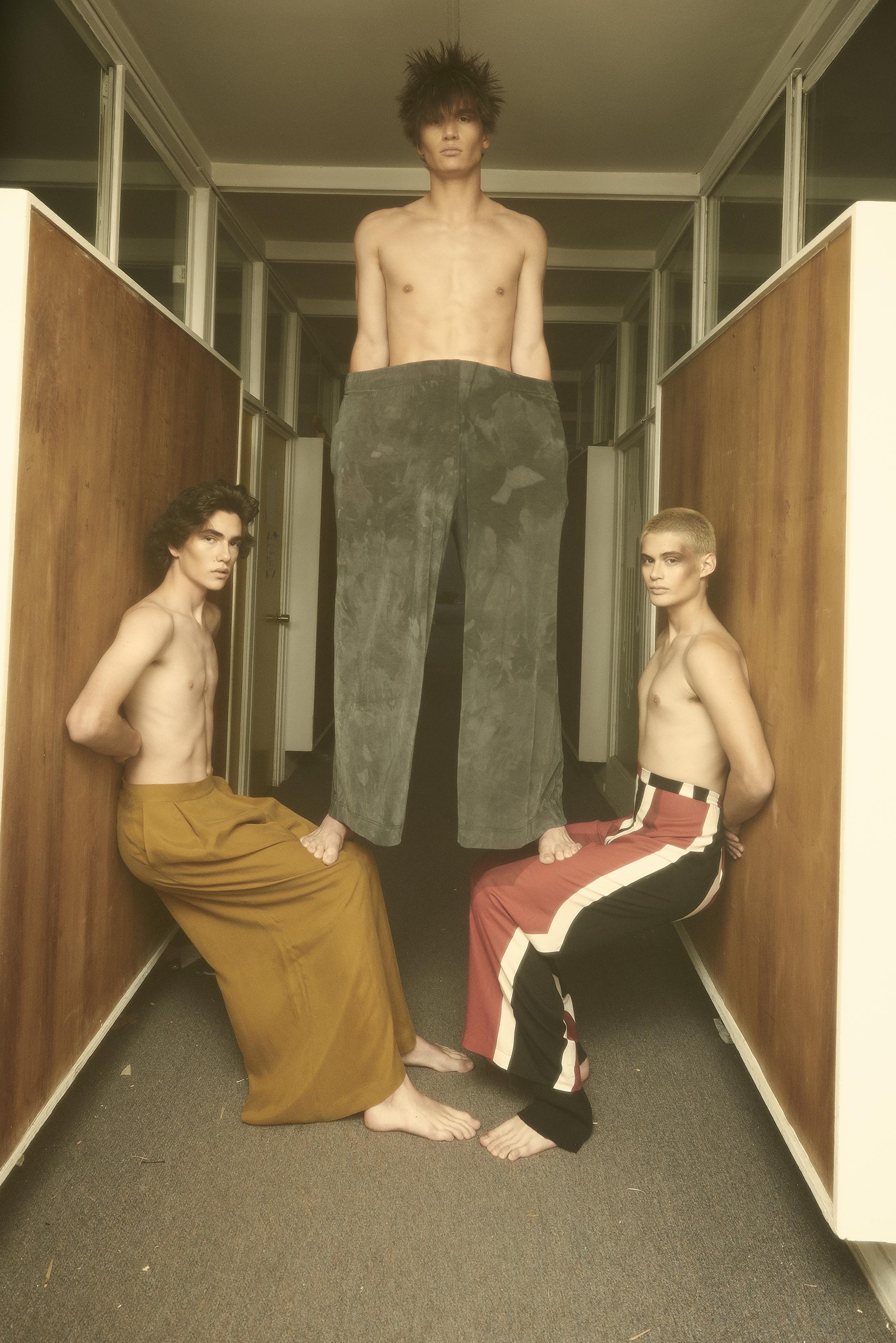 Davor viste pantalones de ADEANTONIO. Germán viste pantalones de SISA. Charly viste pantalones de CHER.