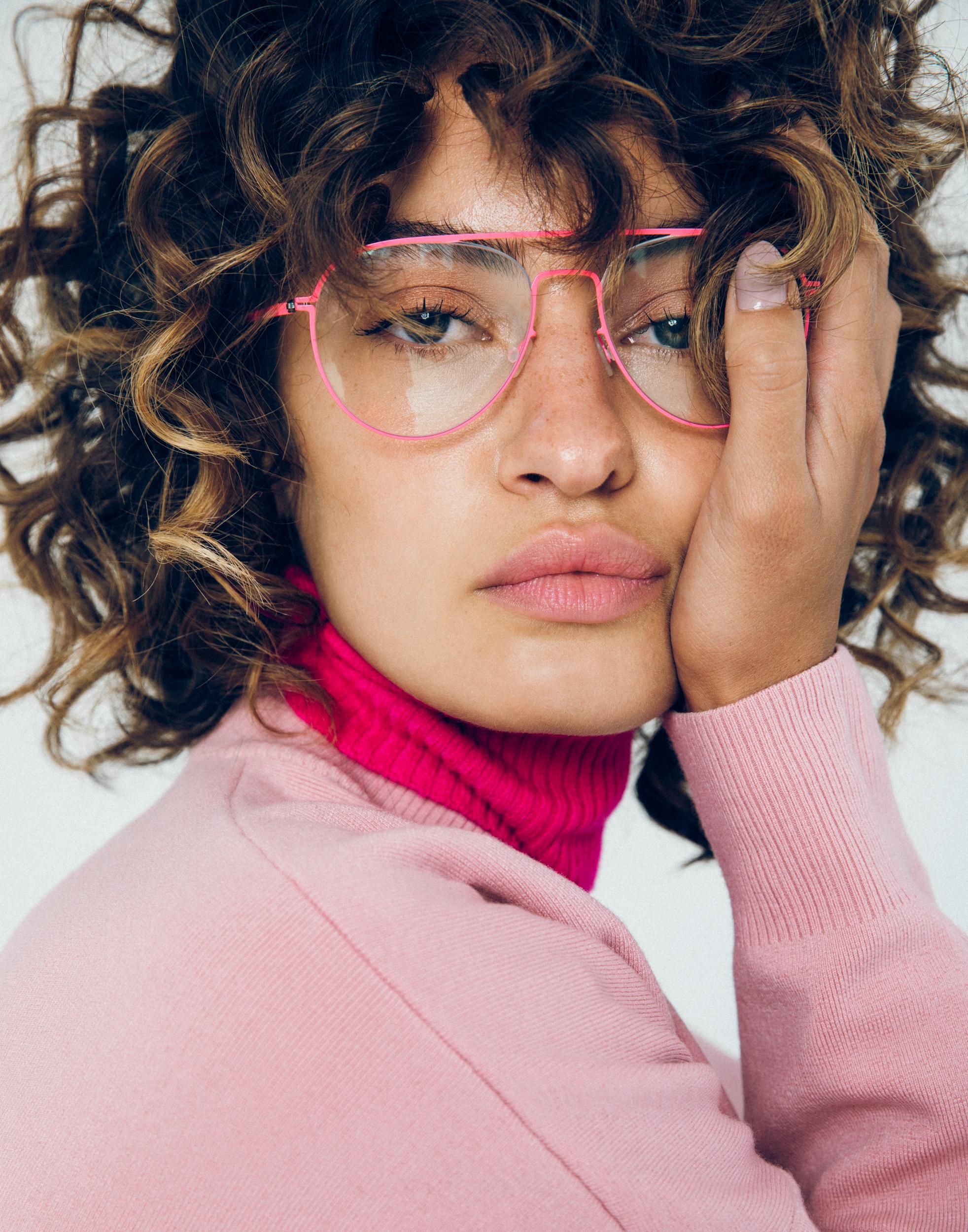 Suéter de BLUMARINE, jersey de TIBI y gafas de MYKITA.