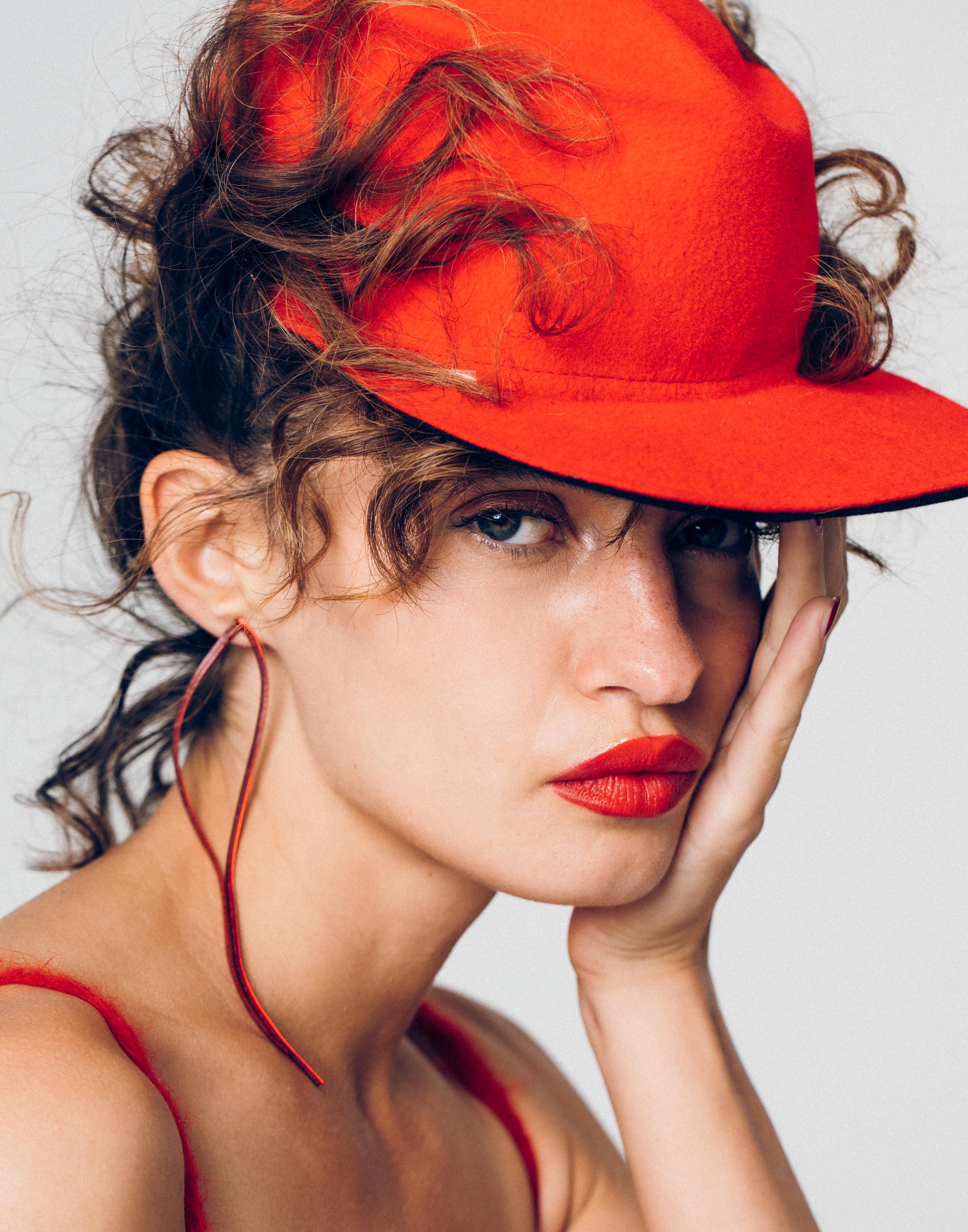 Sombrero de GLADYS TAMEZ y vestido de PRADA.