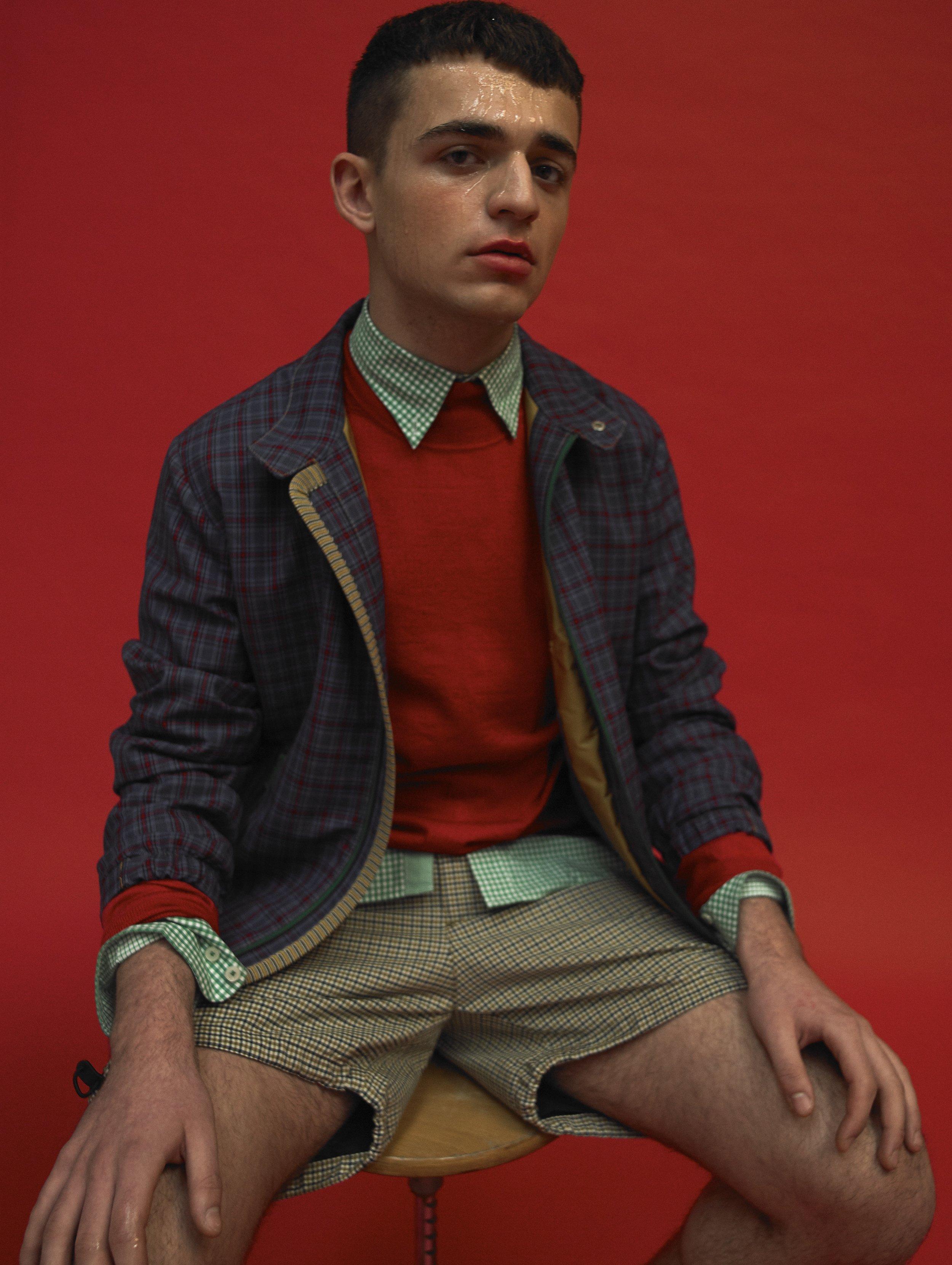 Chaqueta y pantalón de PRADA, camisa de HACKETT y suéter de AVELLANEDA.