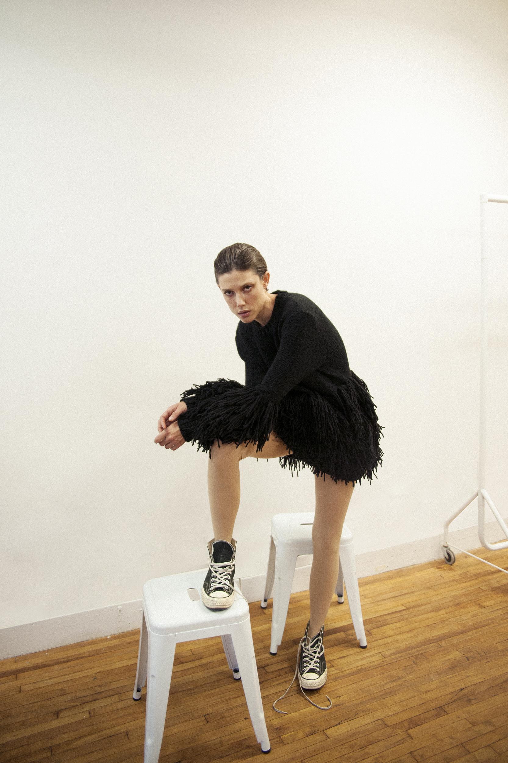 Suéter de  LAURA LAURENS  y zapatillas de  CONVERSE.
