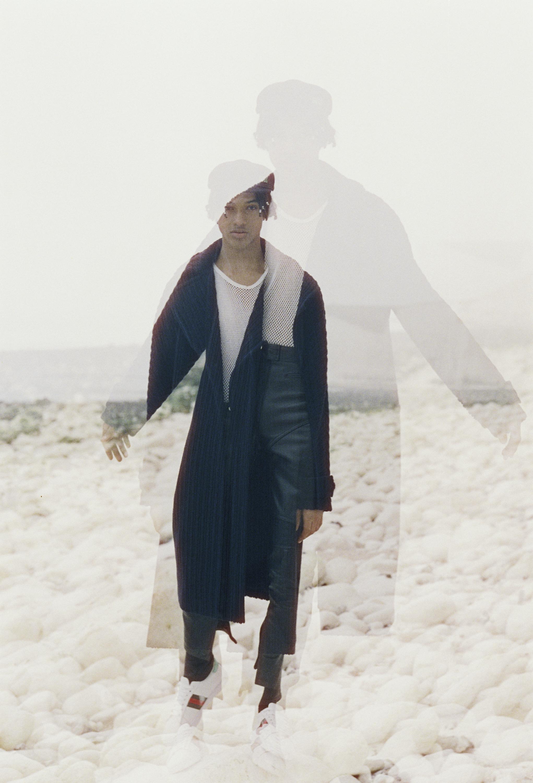 Gorro y calcetas de  GCDS WEAR , camisa de red de  LEVI'S , abrigo de  MARTIN GRANT , pantalón de  JOHN LAWRENCE SULLIVAN  y zapatillas deportivas de  GUCCI .