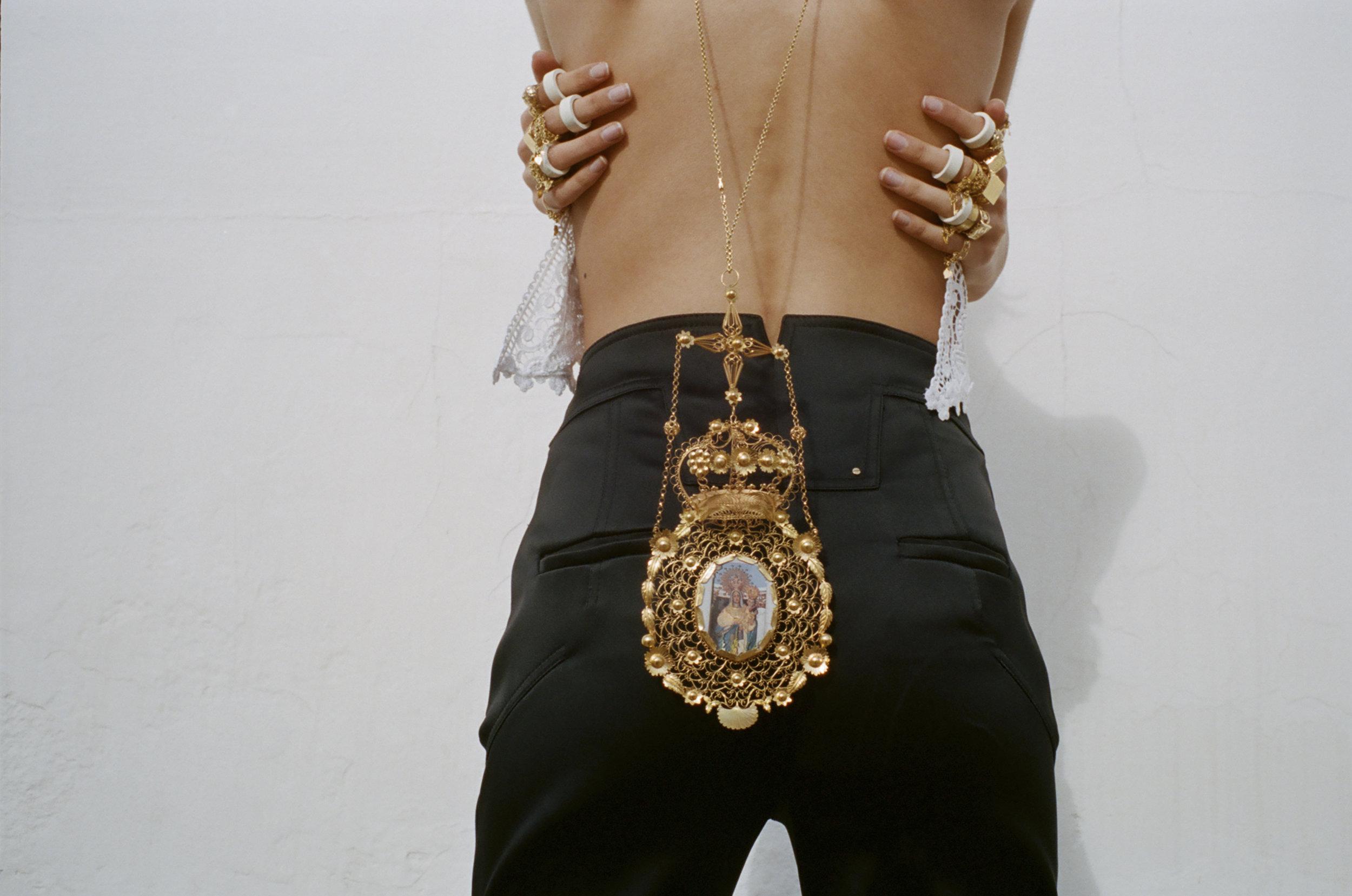 Pantalón y anillos de madera de  ESTEBAN CORTÁZAR  y top de  CHARO RUIZ IBIZA .