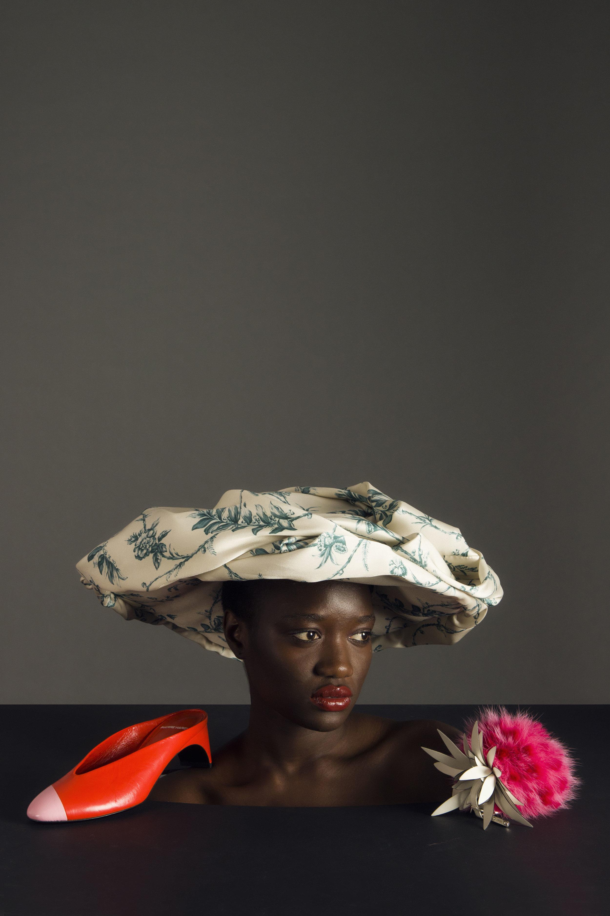 Sombrero de  MULBERRY , zapato de  PIERRE HARDY  y llavero de  FENDI .