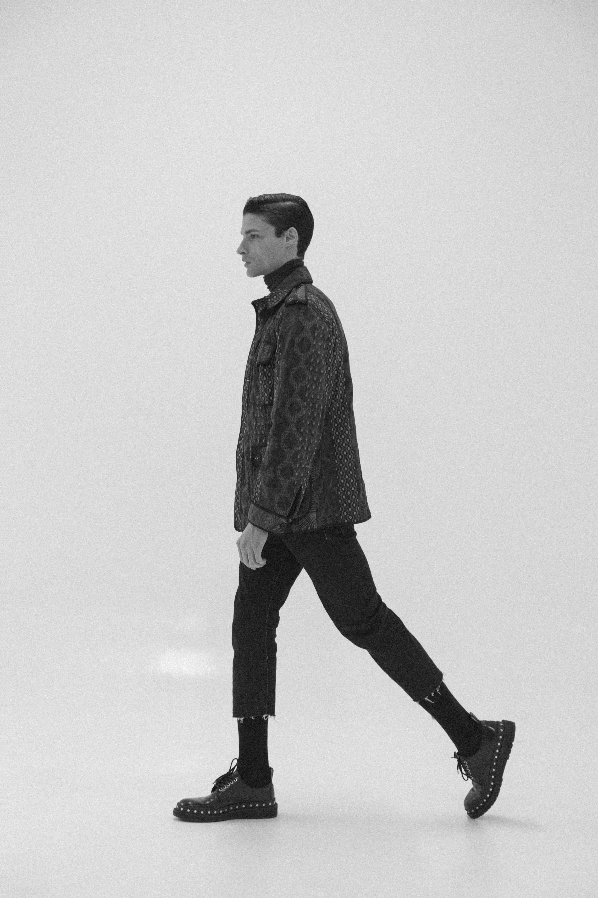 Saco de  DRIES VAN NOTEN , suéter de  PAL ZILERI  y zapatos de  LOUIS VUITTON.