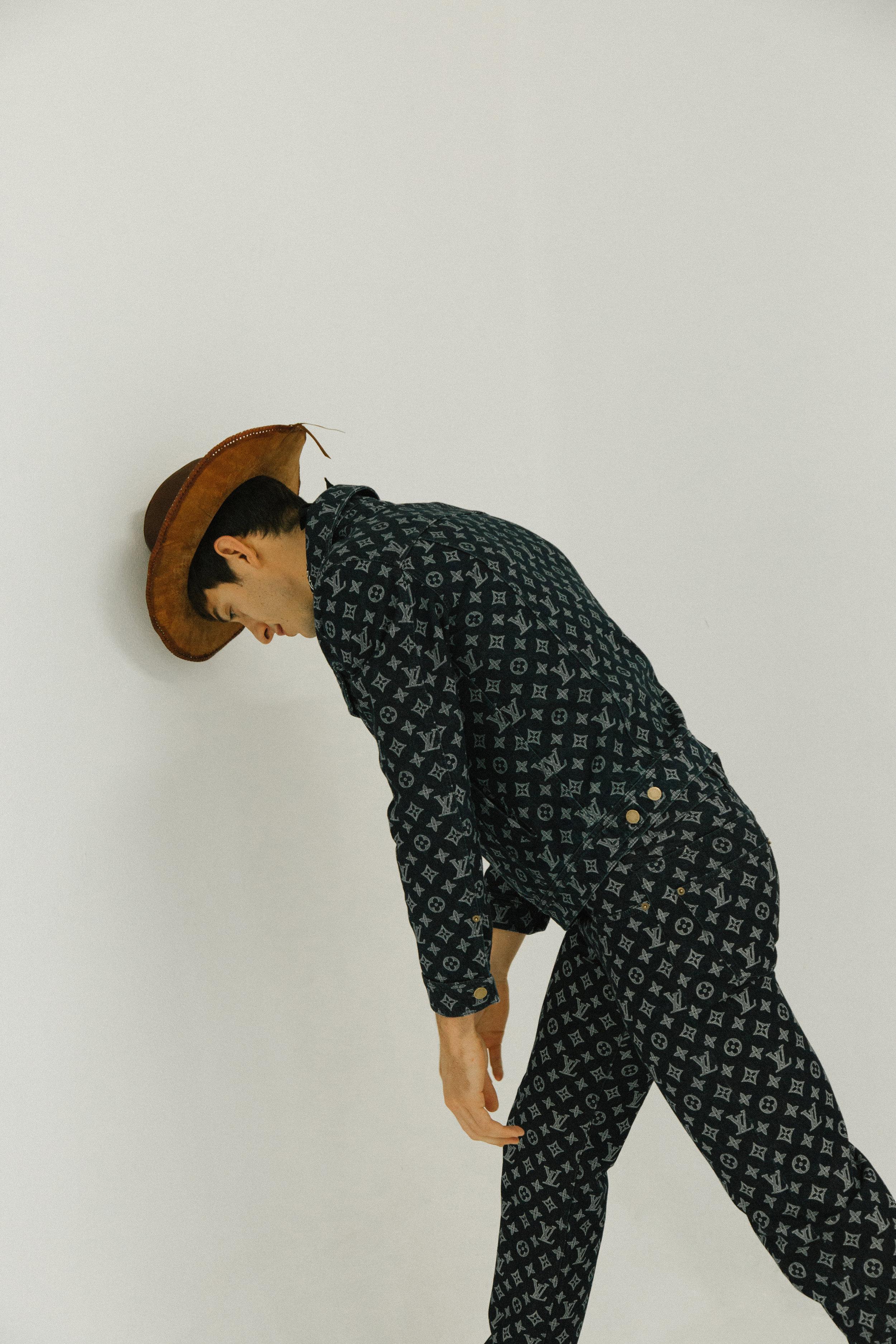 Camisa y pantalón de  LOUIS VUITTON , botas de  PAL ZILERI.