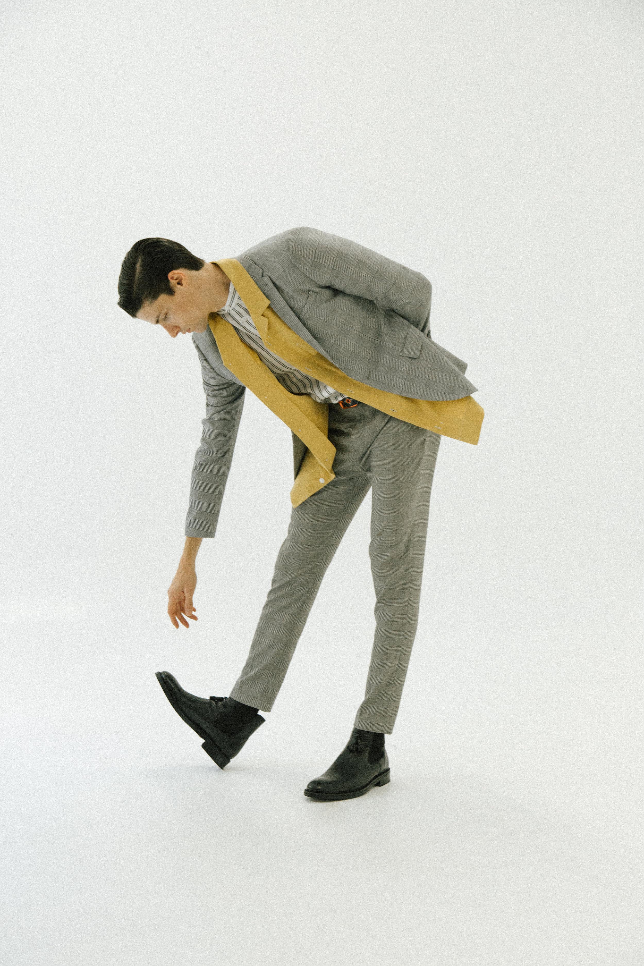 Camisa, americana y traje, todo de  H&M STUDIO.  Botas de  PAL ZILERI  y cinturón de  LOUIS VUITTON.
