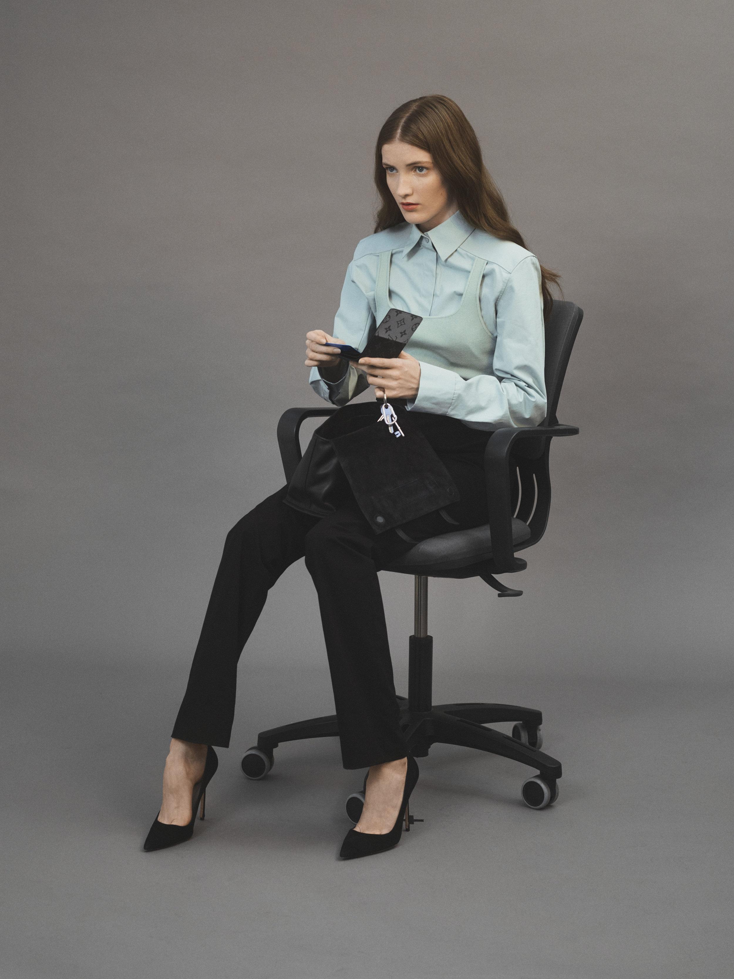 Camisa de  COS , pantalón y cinturón de  HERMÈS , bolso de  MIU MIU y salones de  MANOLO BLAHNIK .