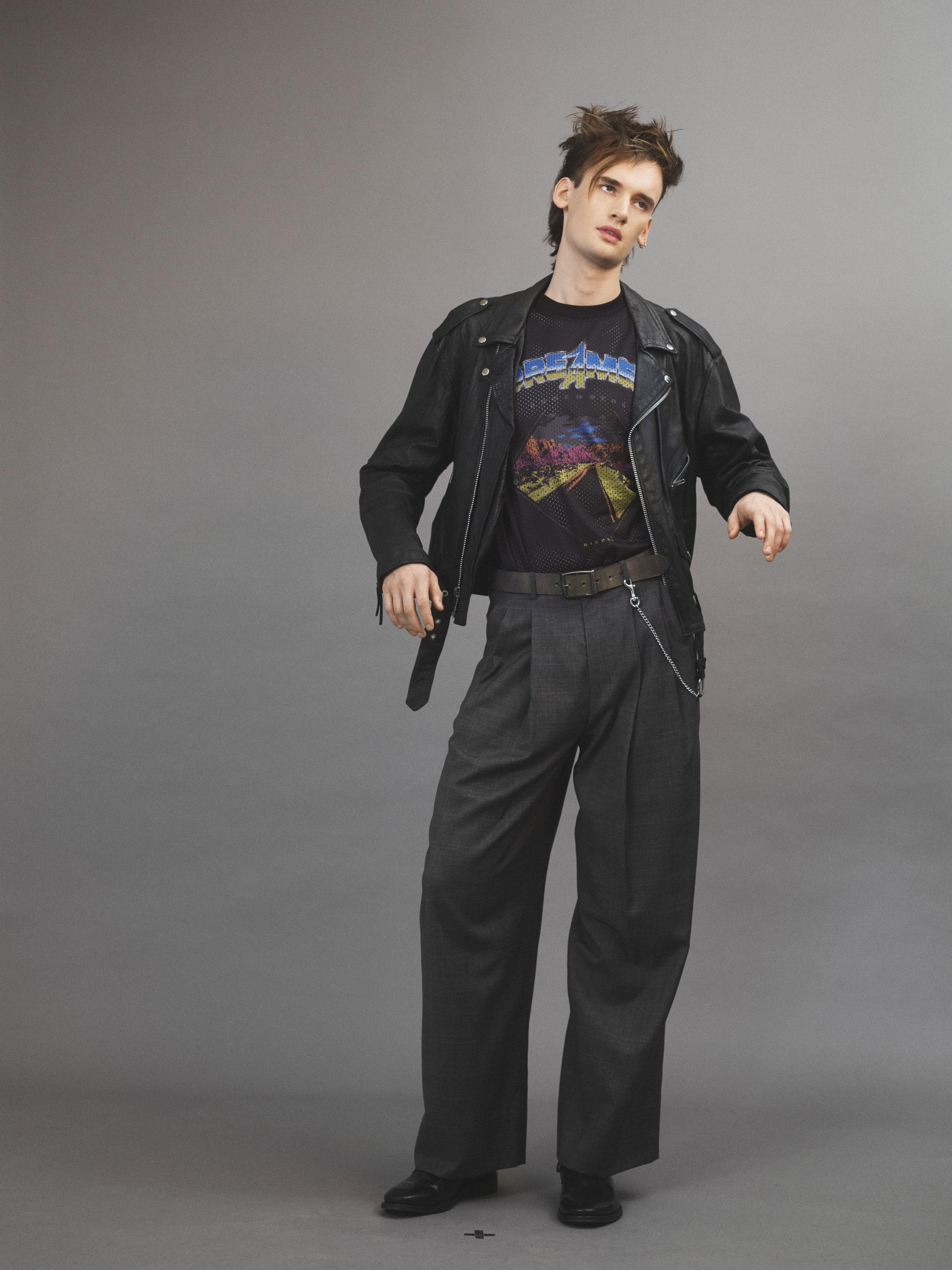 Chaqueta  vintage  de  BEYOND RETRO , pantalón de  WOOYOUNGMI , camiseta de  DIESEL , cinturón de  BIRKENSTOCK y zapatos de  BALENCIAGA .