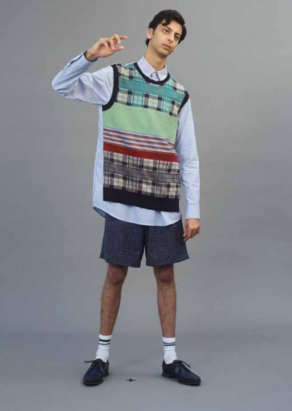 Camisa de  WOOYOUNGMI , pantalón corto de  E. TAUTZ  y zapatos de  PRADA .