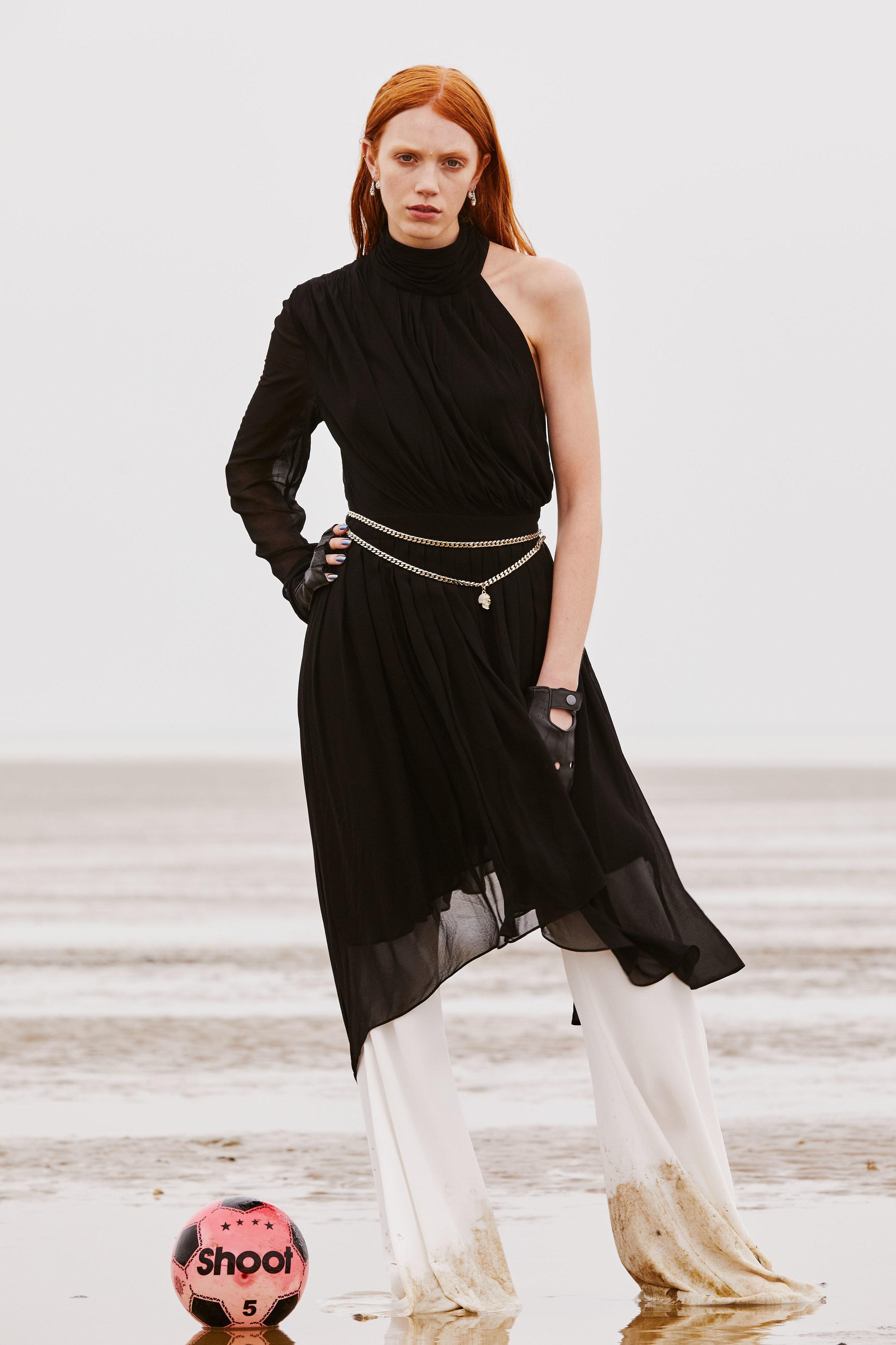 Vestido de  LA MANIA , pantalón y guantes de  DSQUARED2 , cinturón de  PHILIPP PLEIN  y pendientes de  CLOGAU .
