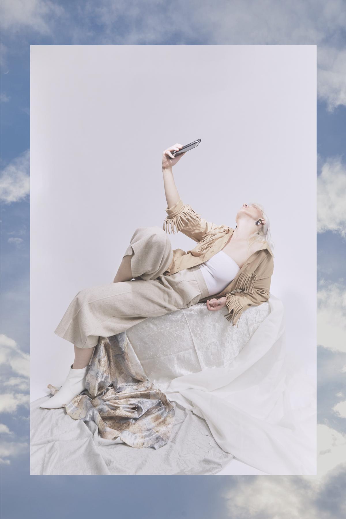 Abrigo de  BOGNER VINTAGE , top de  KIDNEYKAREN , pantalón de  FRISUR y zapatos de  STEVE MADDEN y pendientes de  BAYKOTBAY VINTAGE.