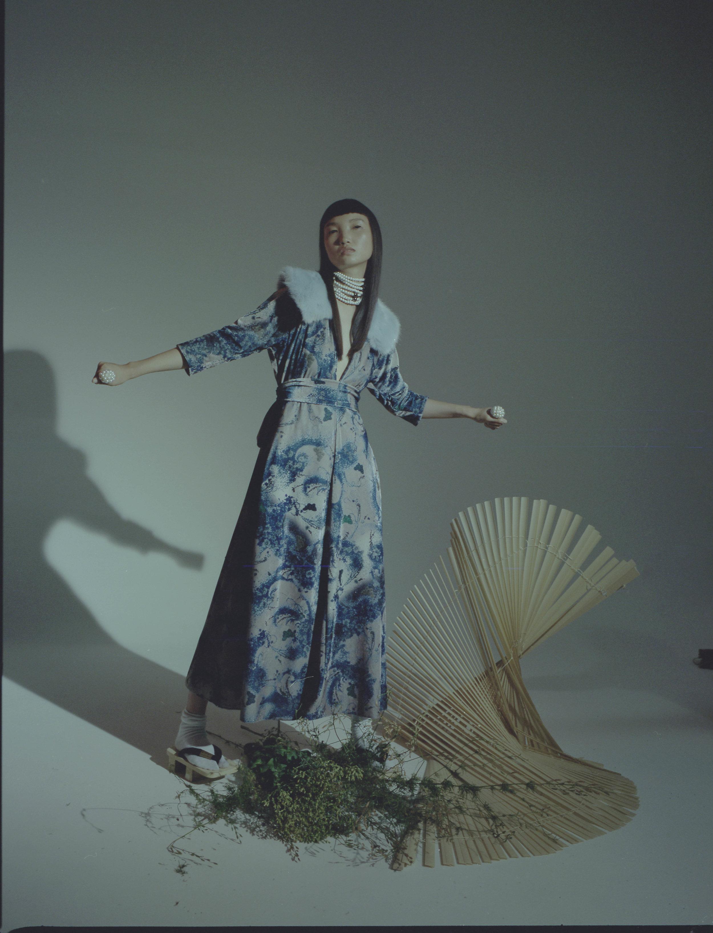 Vestido de  LUISA BECCARIA , estola de  MAJE  y collar de  OBLIGÈ .