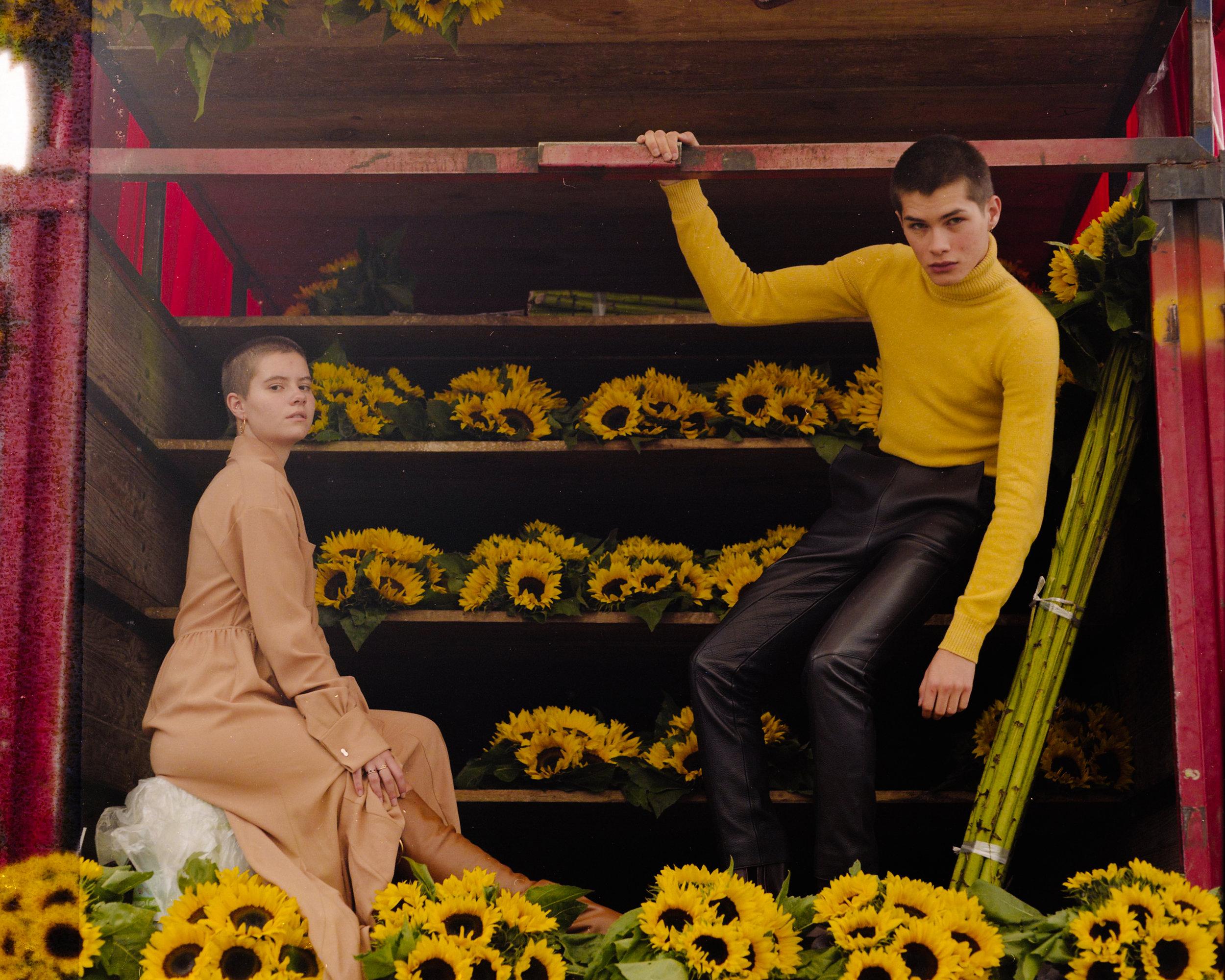 Sofía con vestido y botas de  SALVATORE FERRAGAMO.  Alfredo viste suéter, pantalón y botas, todo de  HERMÈS.