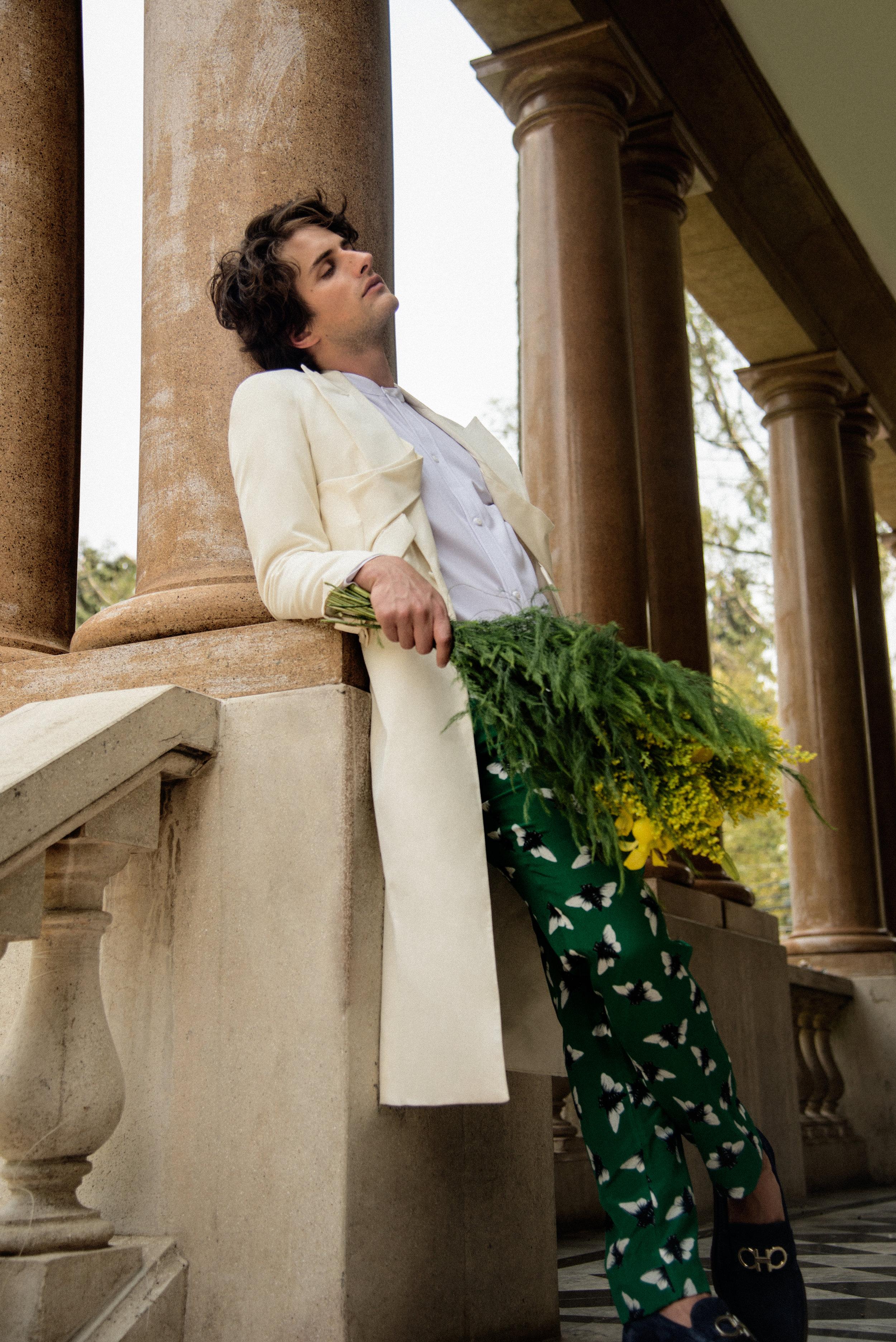 Camisa de  OCELOTE , abrigo de  SANCHEZ-KANE , pantalón de  RCANO  y zapatos de  SALVATORE FERRAGAMO .