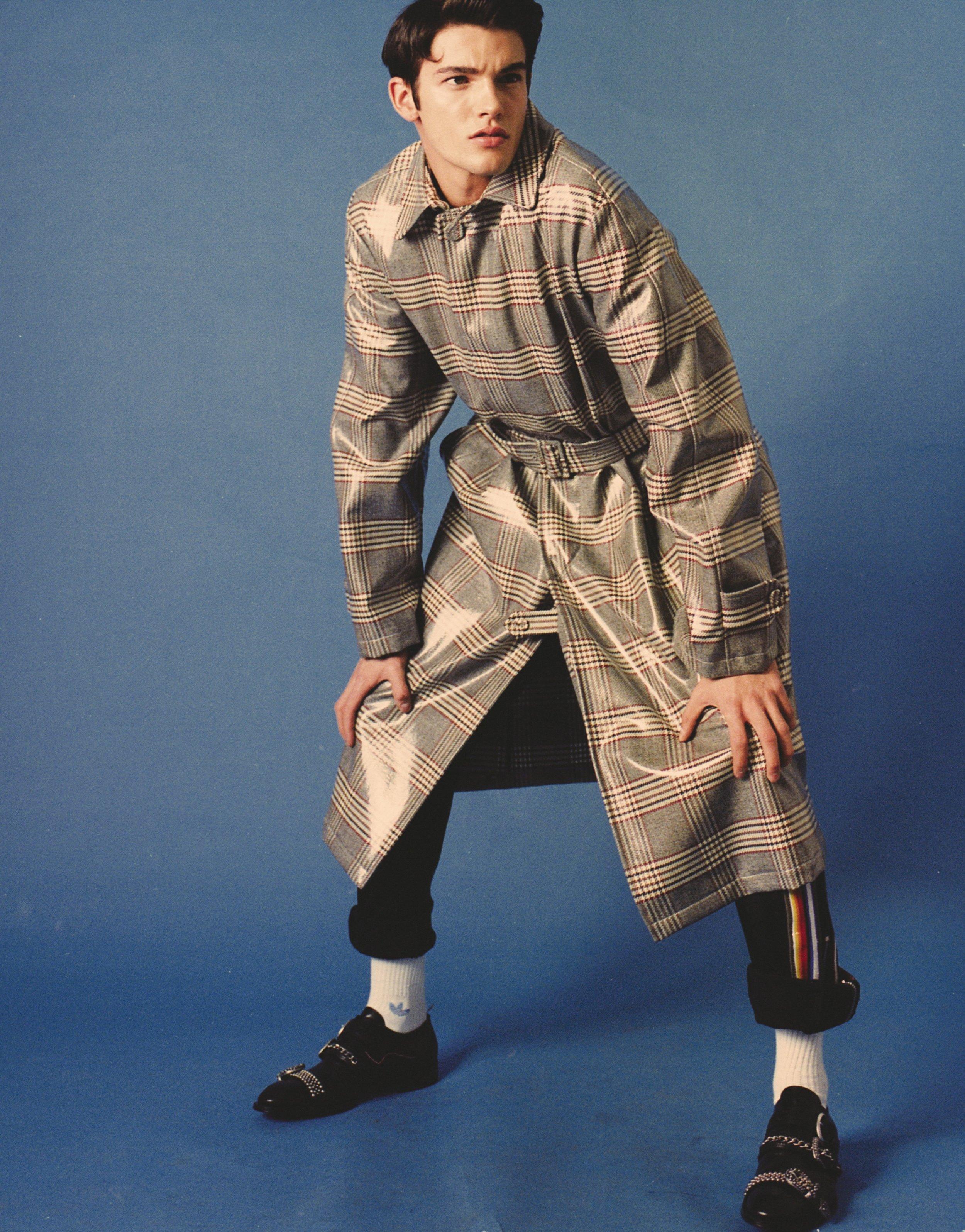 Abrigo de  FENDI , pantalón de  ICEBERG , calcetines de  ADIDAS  y zapatos de  CESARE PIACIOTTI.