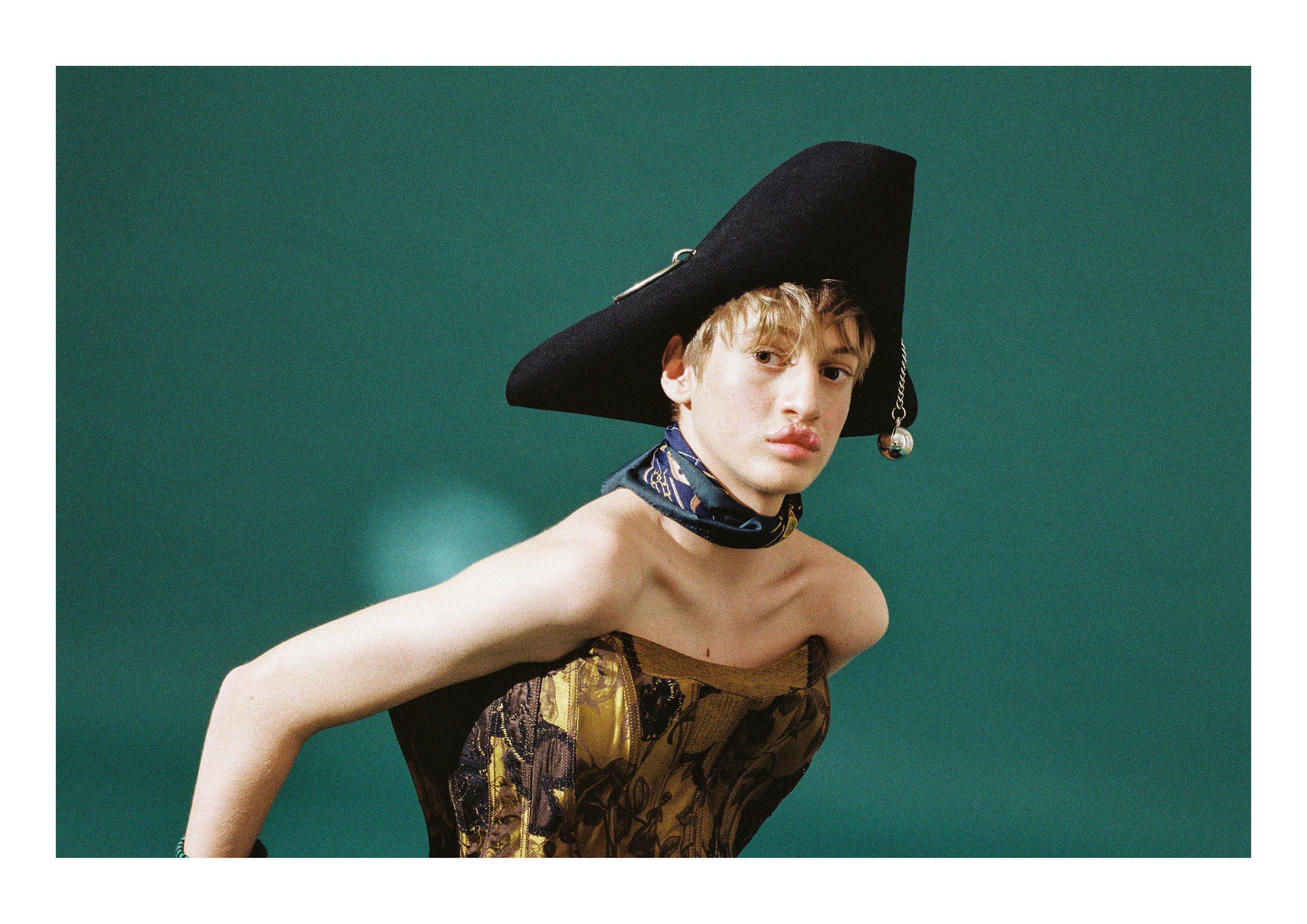 Sombrero de  PARDO HATS  y corsé de  CHRISTIAN LACROIX .