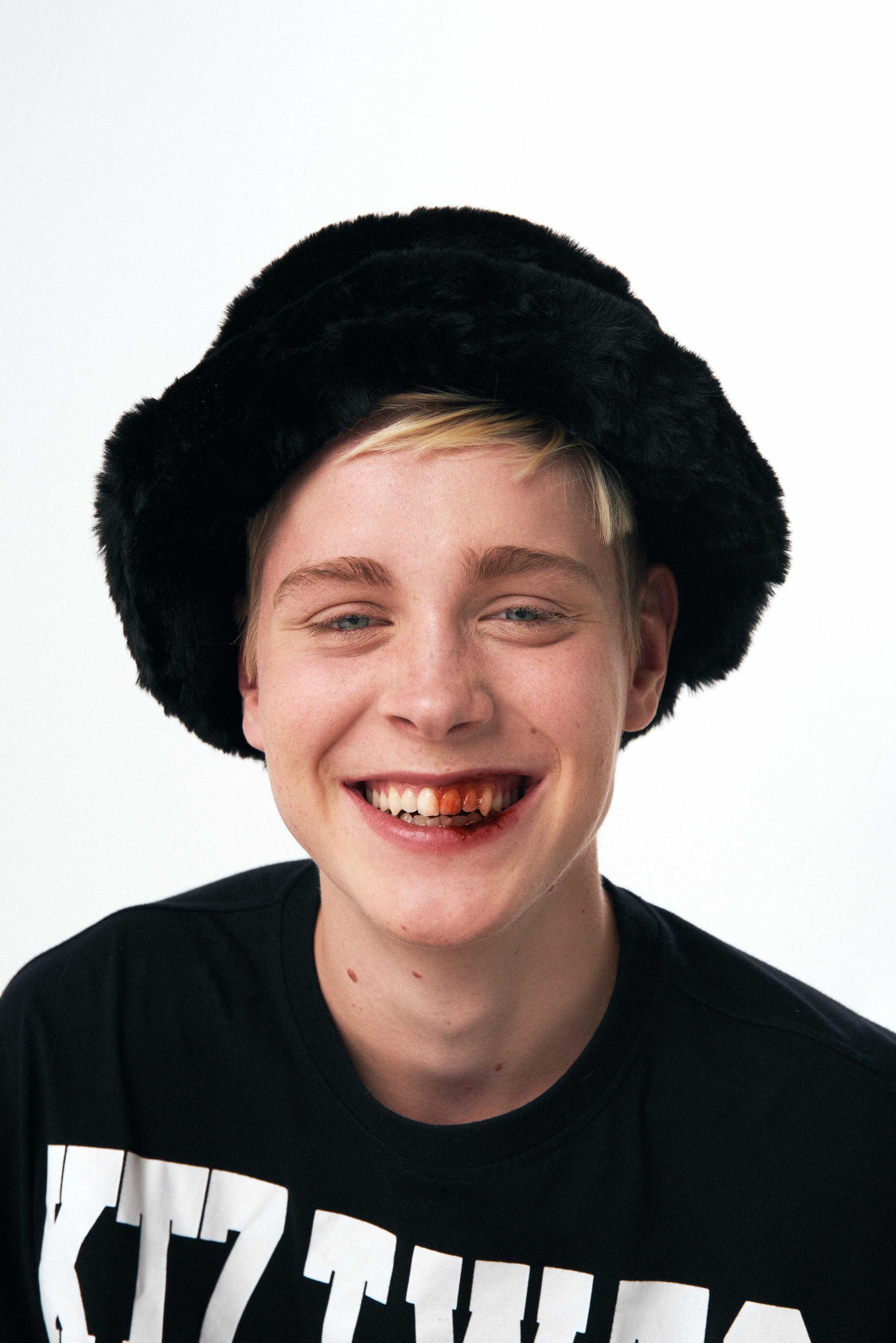 Playera de  KTZ , pantalón de  MARQUES ' ALMEIDA  y sombrero de  EMMA BREWIN.