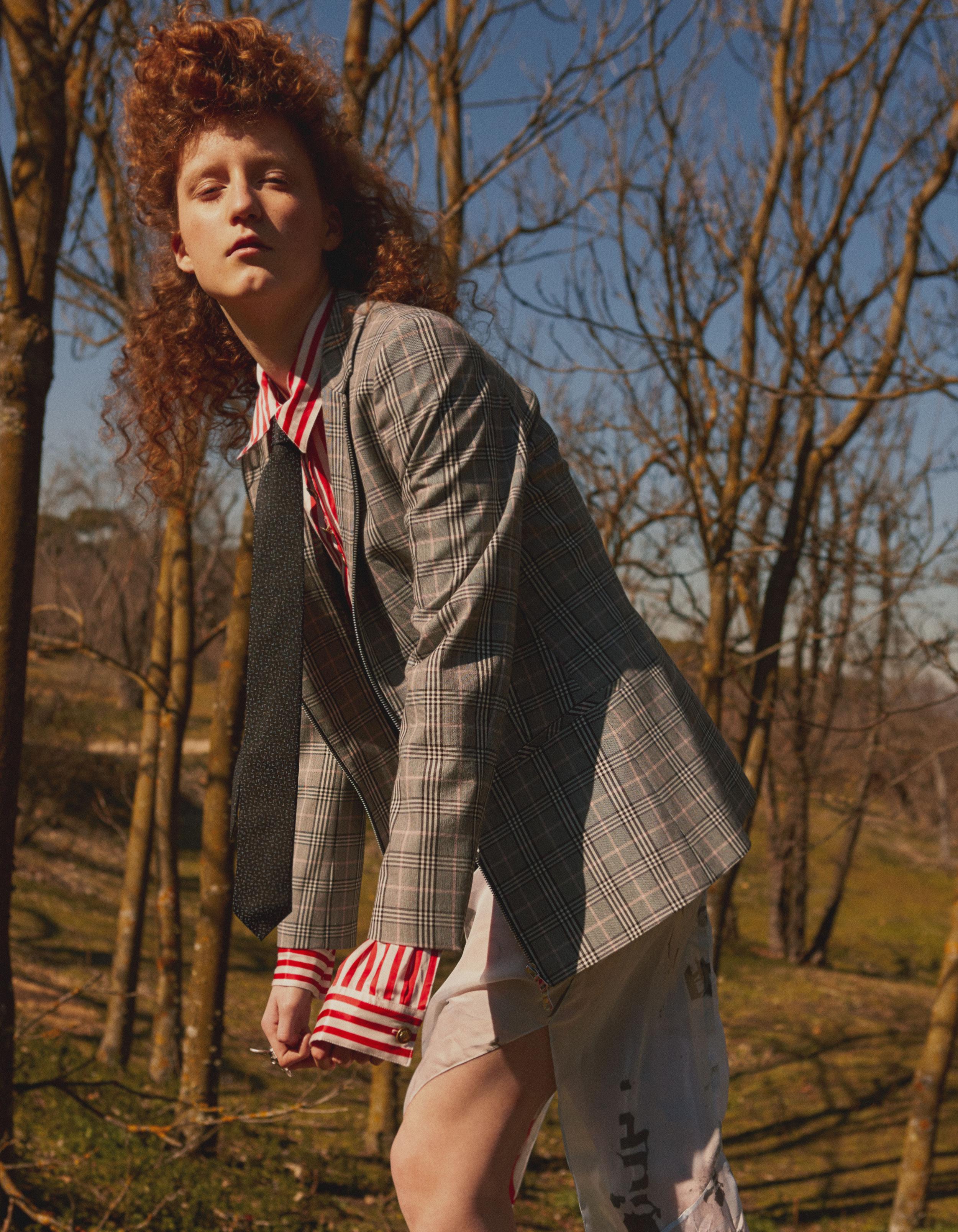 Chaqueta, corbata y vestido, todo de  HUGO BOSS . Blusa de  THE KOOPLES .