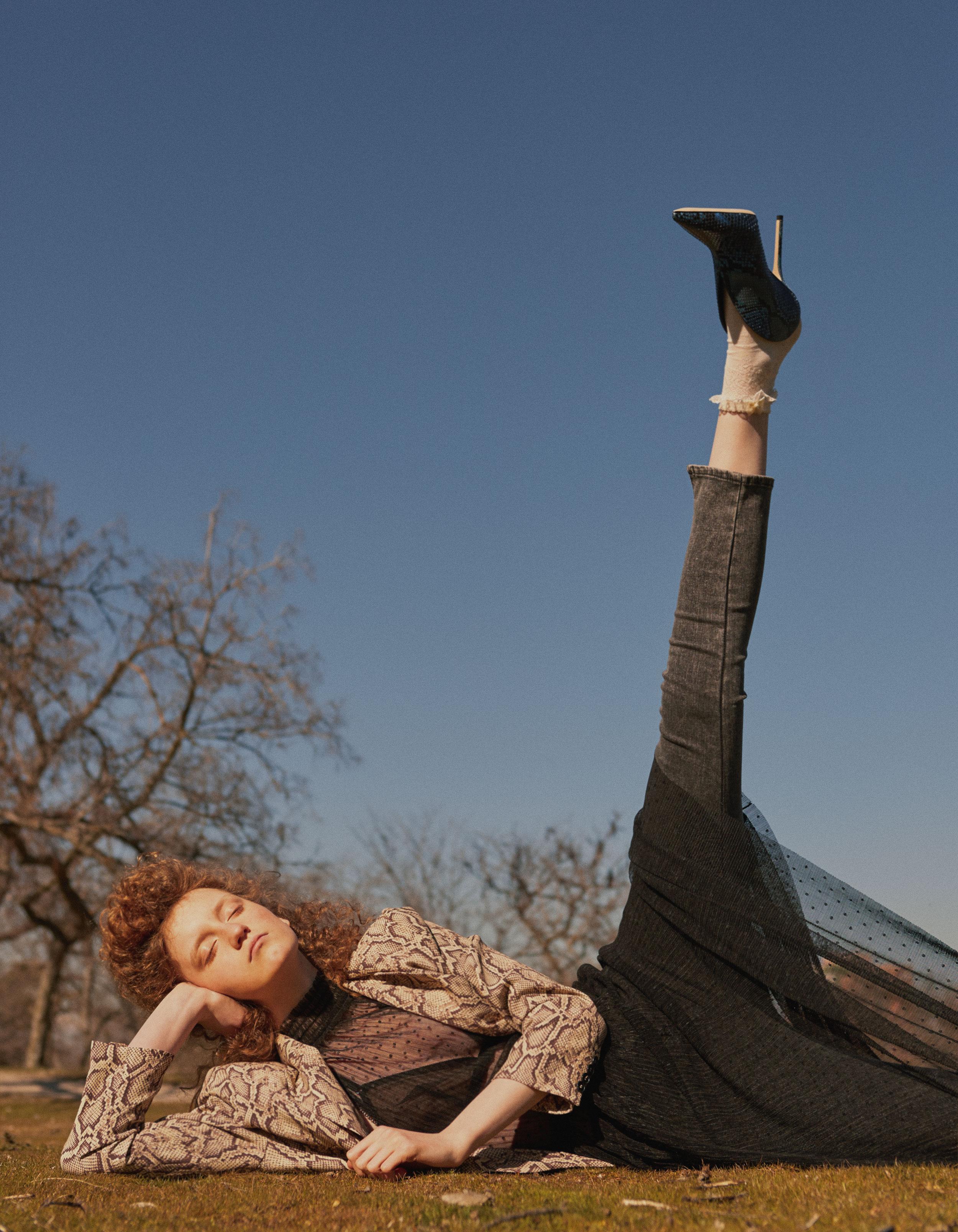 Chaqueta de  THE KOOPLES , vestido de  GUESS , brassiere de  ERES , pantalón de  LEVI'S , zapatos de  JIMMY CHOO  y anillo de  ELENA ESTAÚN.