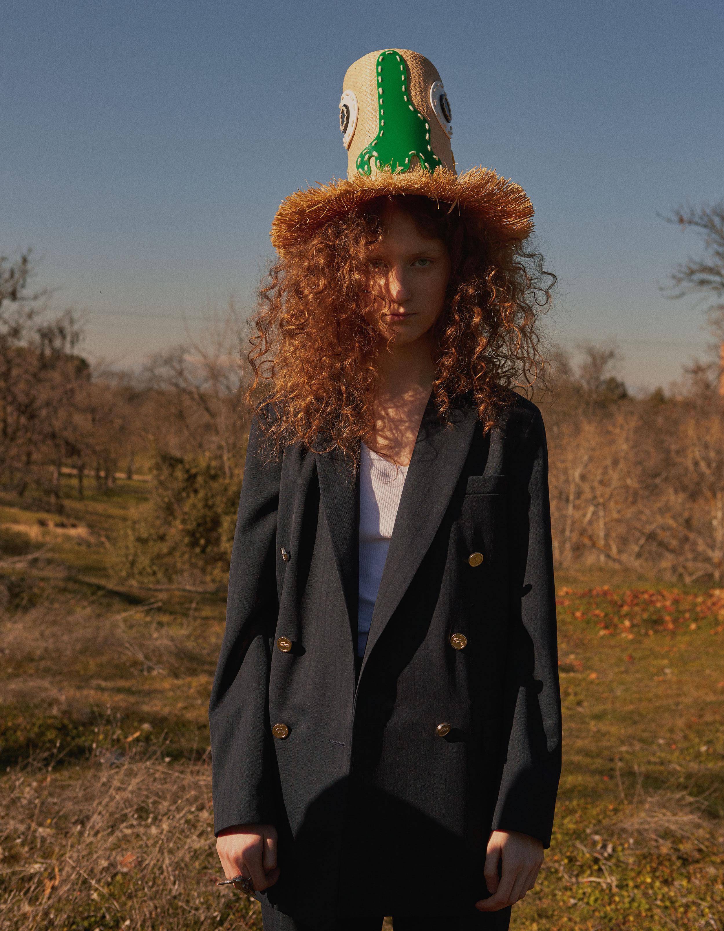 Traje de  LACOSTE,  camiseta de  CK CALVIN , sombrero de  PARDO HATS  y anillo de  ELENA ESTAÚN .