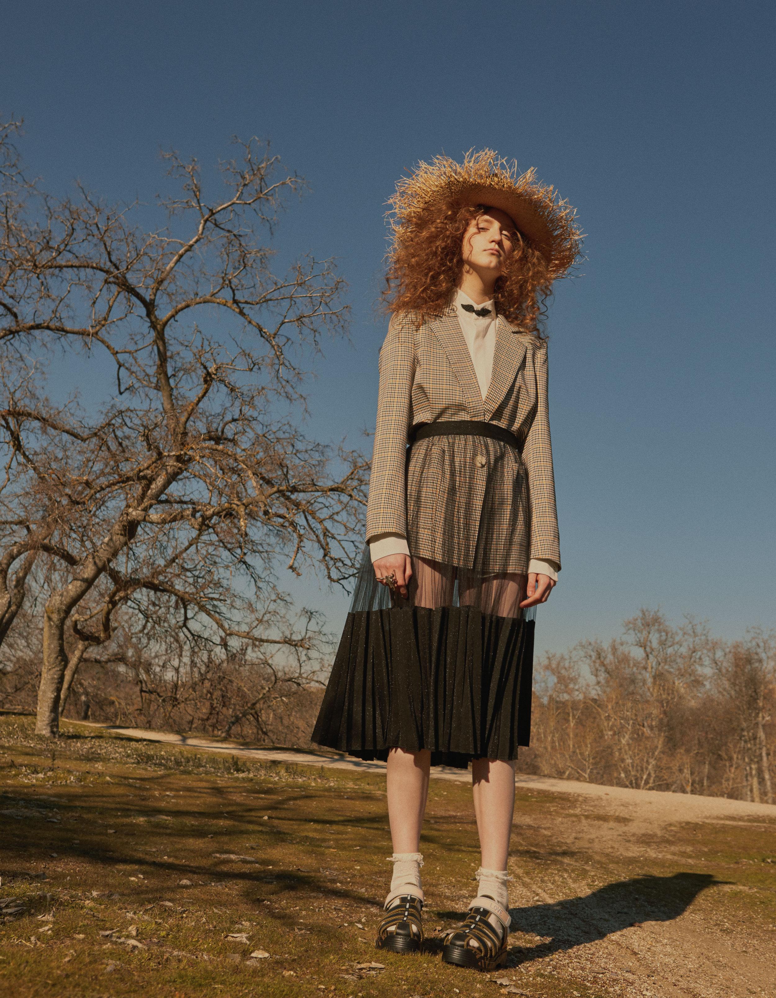 Blusa de  LOS PECOS MUTANTES , falda de  ELISABETTA FRANCHI , sandalias de  FENDI , sombrero de  PARDO HATS  y anillo de  ELENA ESTAÚN.